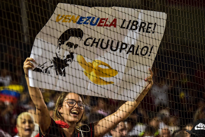 Una pancarta contra Maduro durante el partido (Luis ACOSTA / AFP)
