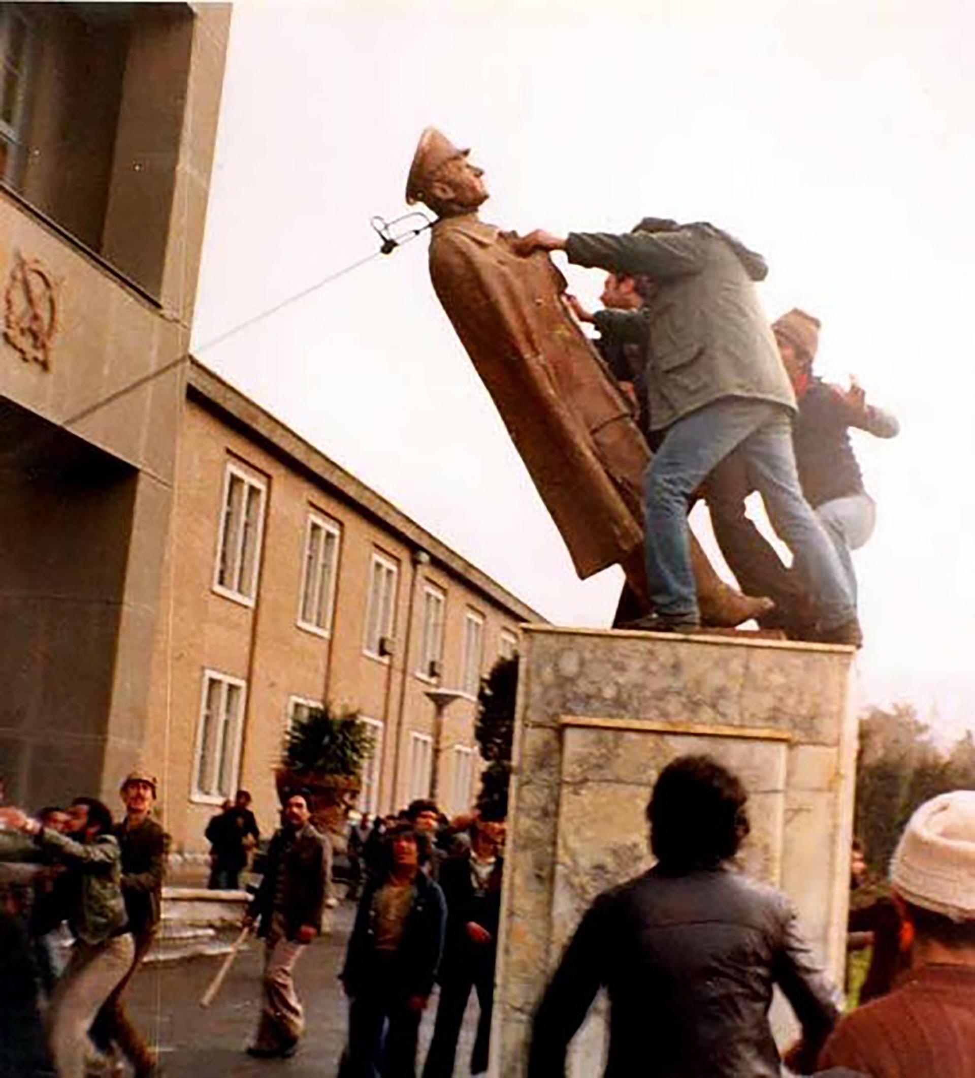 Manifestantes derriban una estatua del shah en una de las movilizaciones previas a la revolución