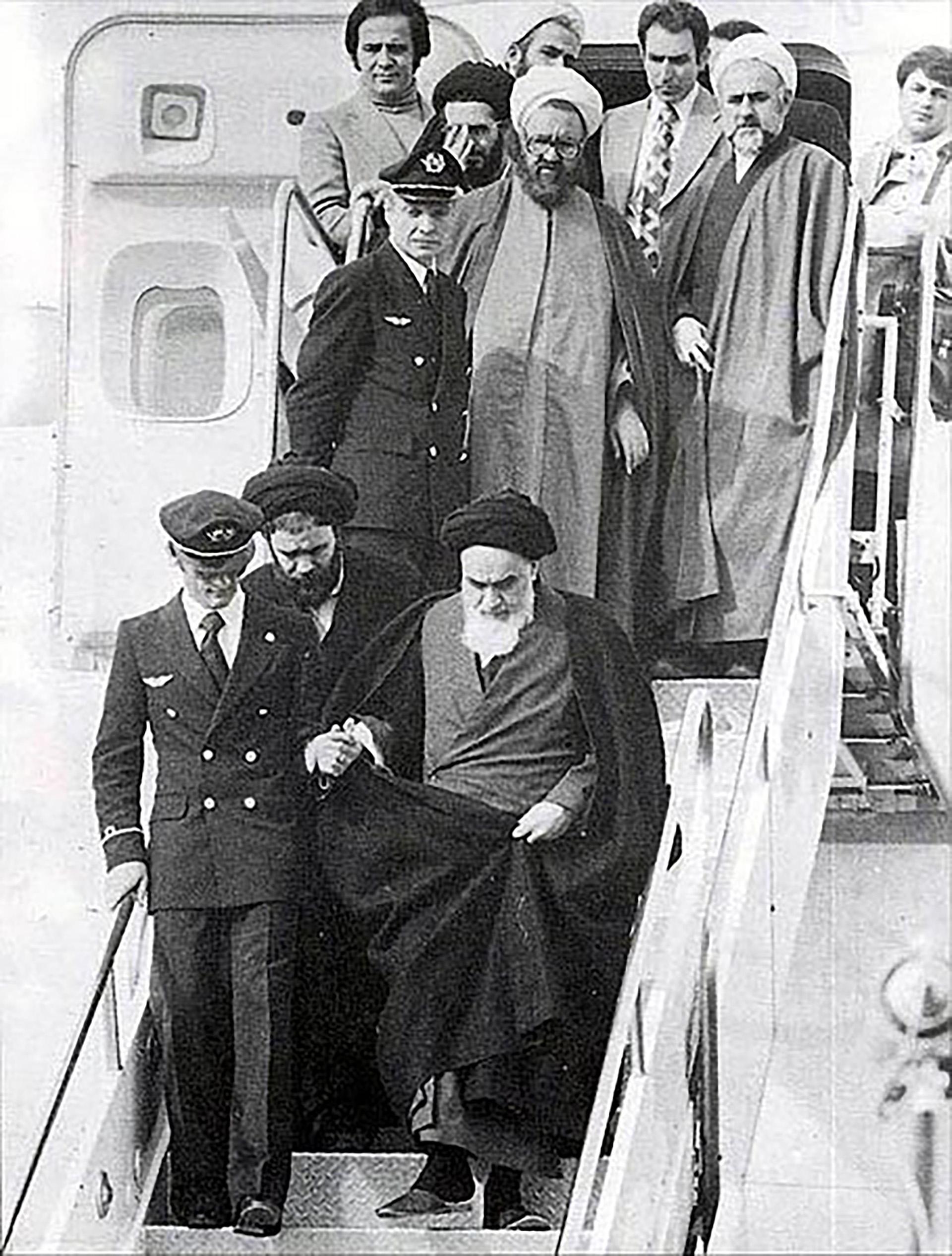 El ayatolá Ruhollah Khomeini desciende del avión que lo trajo de Francia tras 15 años de exilio