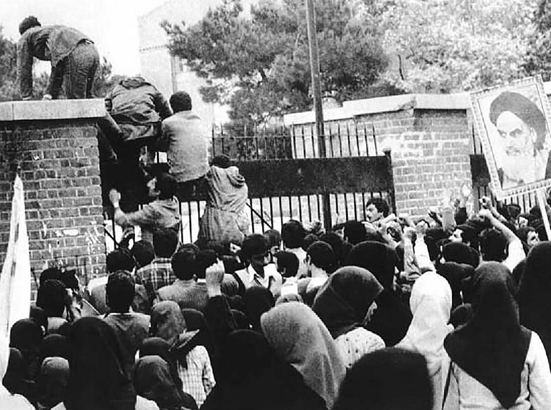 El momento en que jóvenes iraníes irrumpen en la embajada estadounidense en Teherán