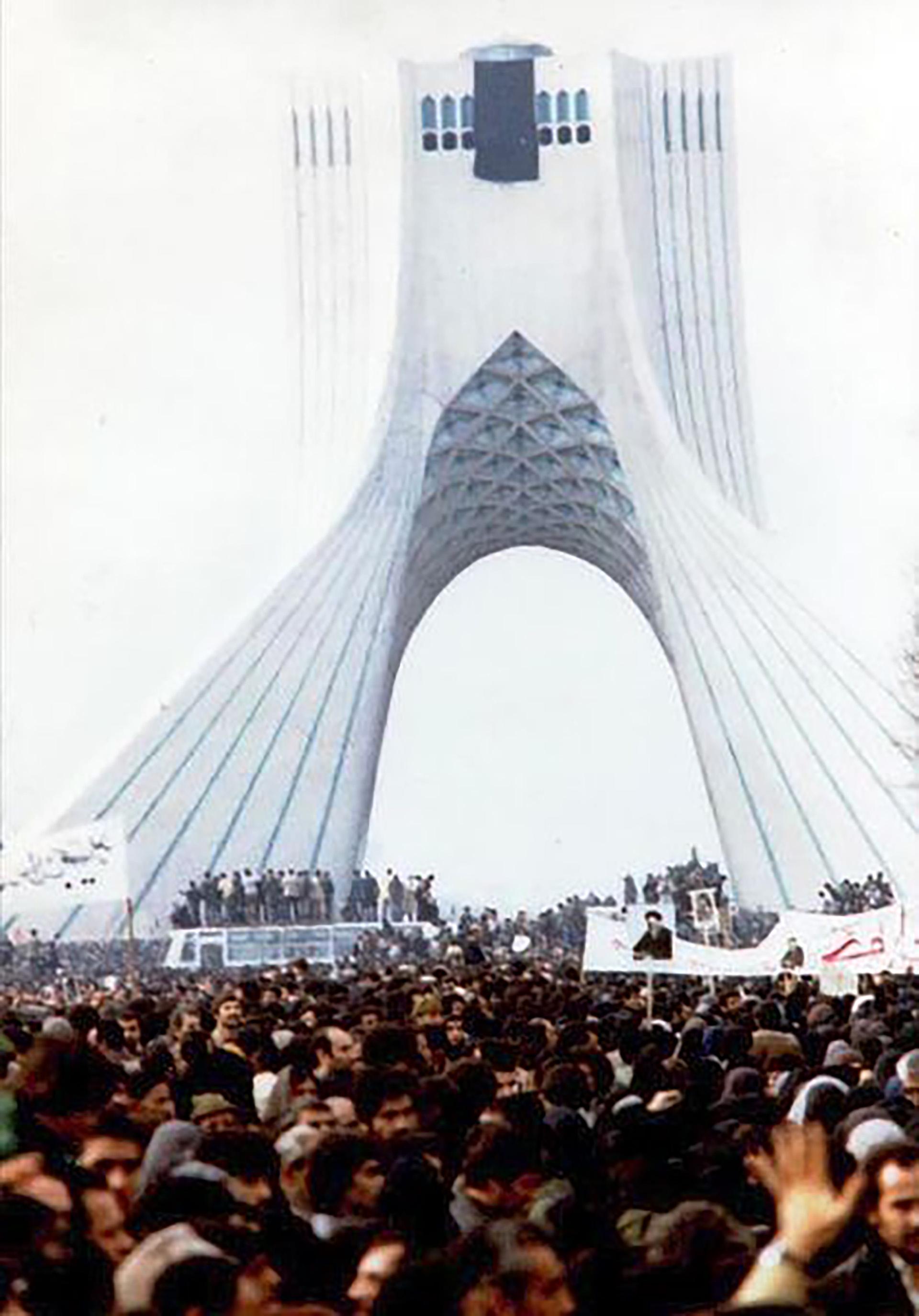 Una multitud celebra el triunfo de la revolución de 1979 en la Torre Azadi de Teherán