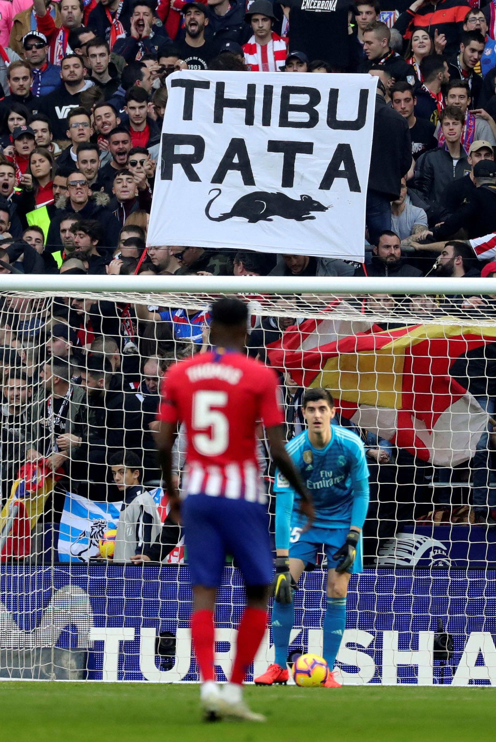 Una bandera en contra de Thibaut Courtois en las gradas del Wanda Metropolitano (EFE)