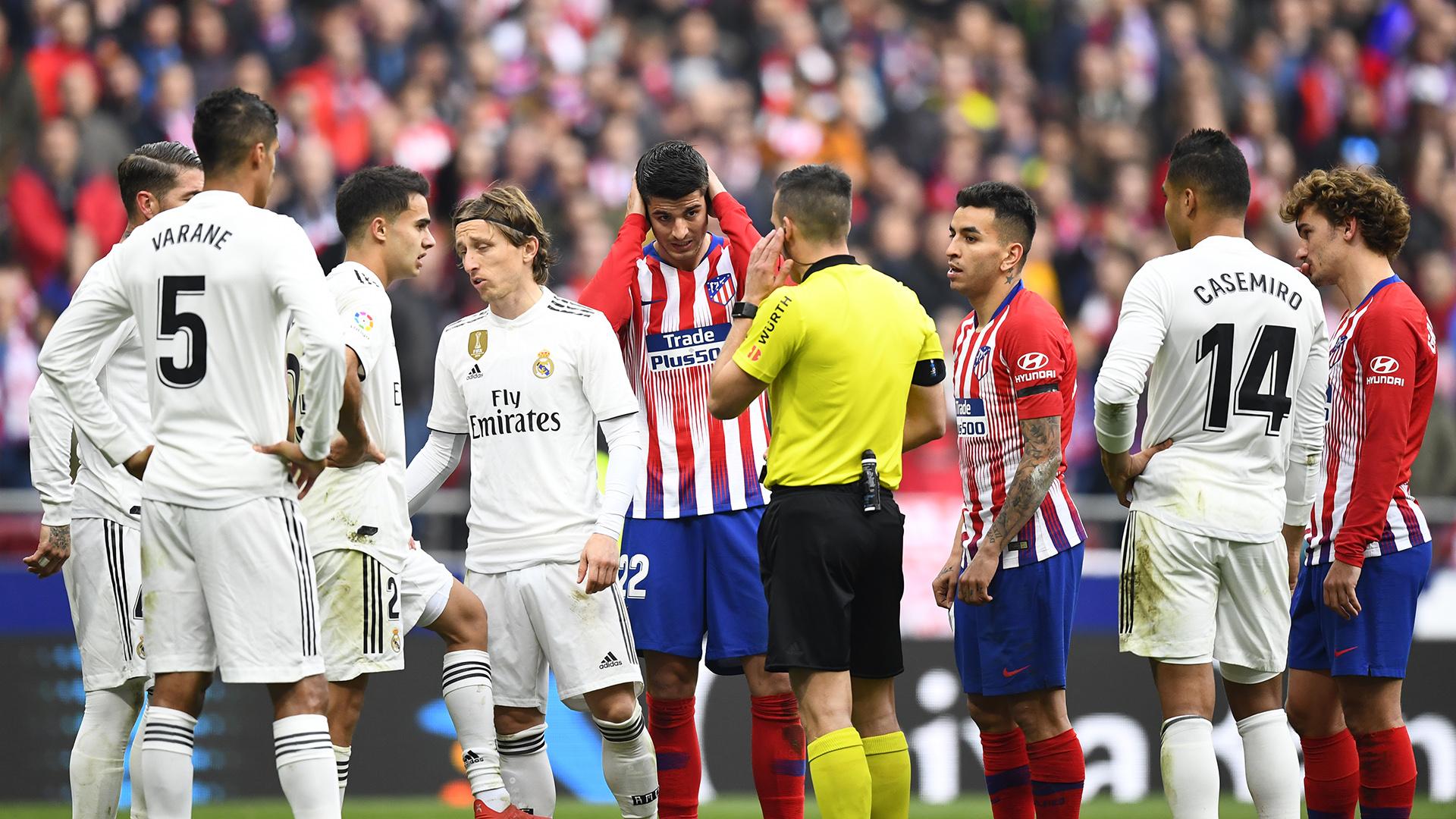 El árbitro Estrada Fernández no revisó las jugadas y confió en el criterio del VAR(AFP)