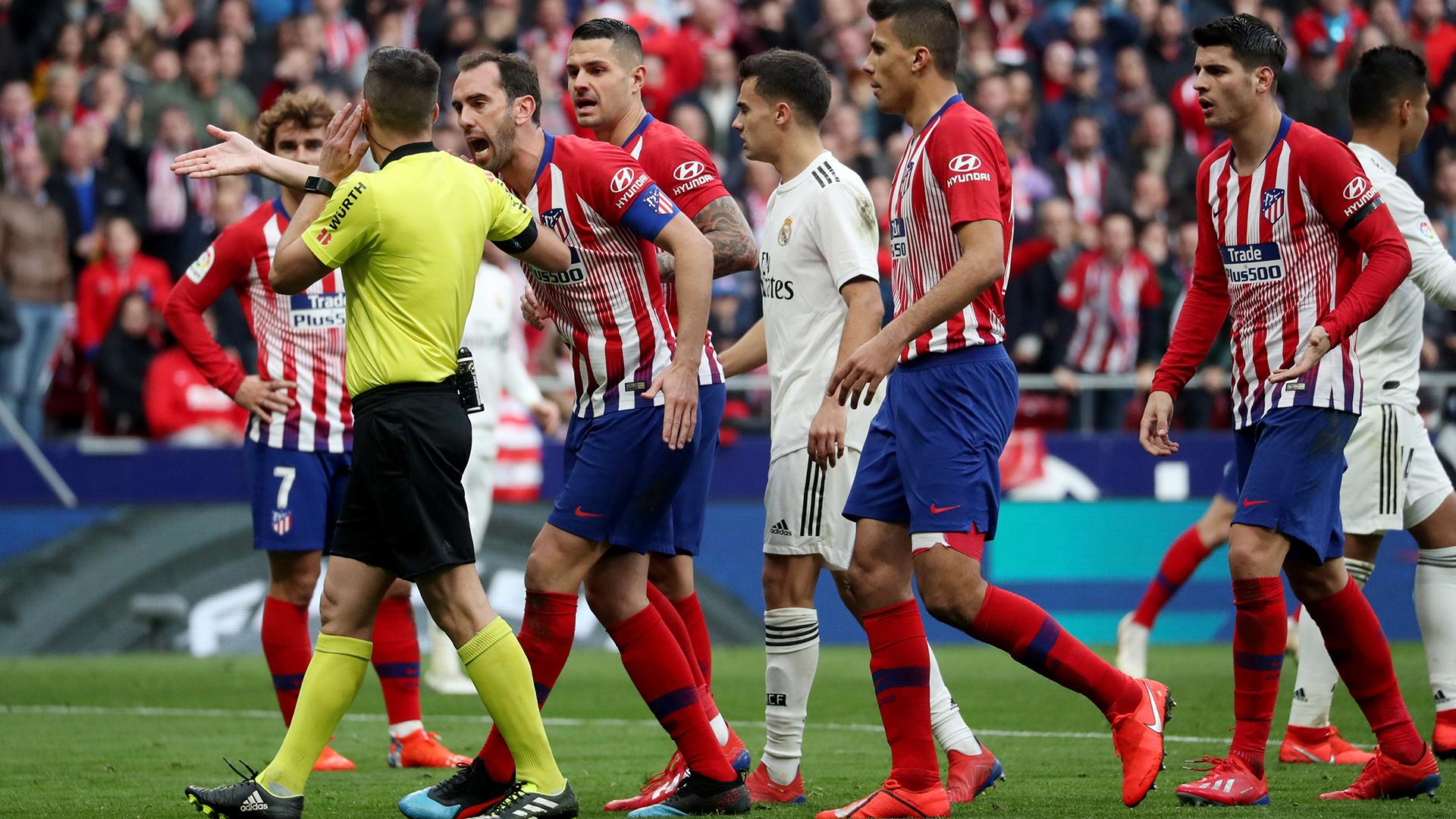 El derby madrileño tuvo mucha intervención de los Árbitros Asistentes de Video(REUTERS)