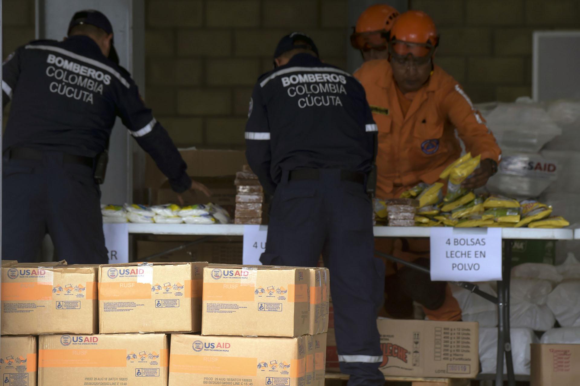 De momento no está claro qué será lo que pondrá fin al estancamiento en la frontera de Venezuela con Colombia. El embajador estadounidense en Colombia, Kevin Whitaker, dijo que Estados Unidos llevará los suministros a la frontera y que Guaidó se encargará de ellos a partir de ese punto