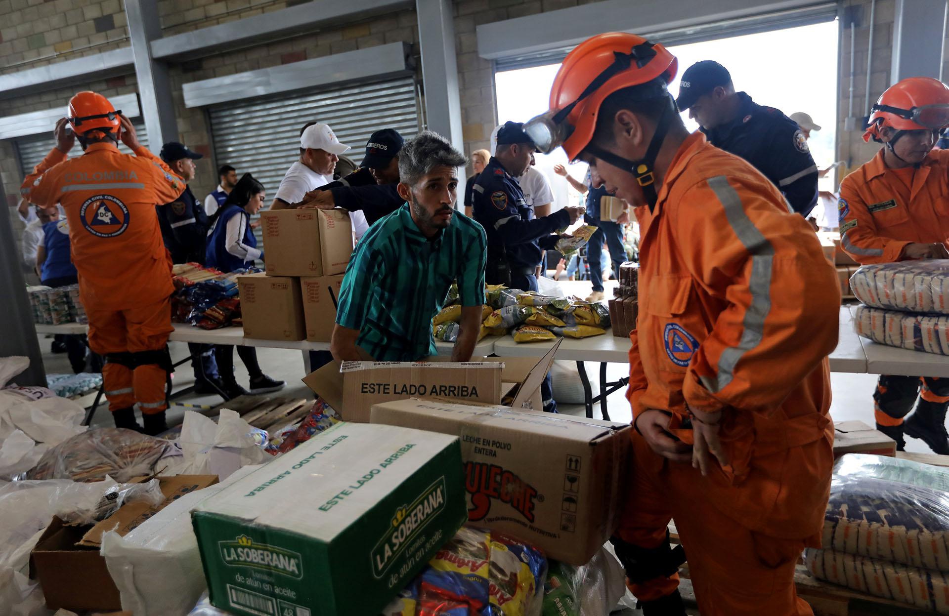 """En respuesta, Guaidó advirtió que hará """"lo necesario"""" para """"salvar vidas"""", sin descartar la intervención de una fuerza extranjera, al tiempo que pidió a los militares no bloquear la entrada de los cargamentos humanitarios"""