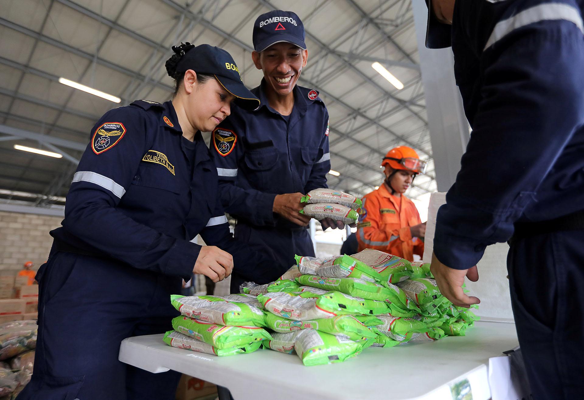 """Bomberos colombianos trabajan en la organización. Nicolás Maduro dijo que no permitirá el """"show"""" de la """"falsa"""" ayuda humanitaria"""