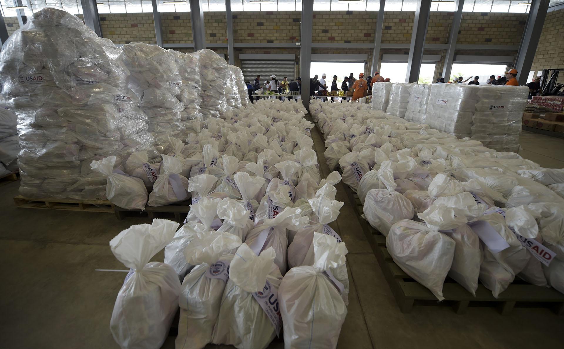 Las cajas de ayuda de emergencia fueron enviadas por la Agencia de Estados Unidos para el Desarrollo Internacional y están marcadas con etiquetas en las que aparecen las siglas en inglés de la dependencia, USAID
