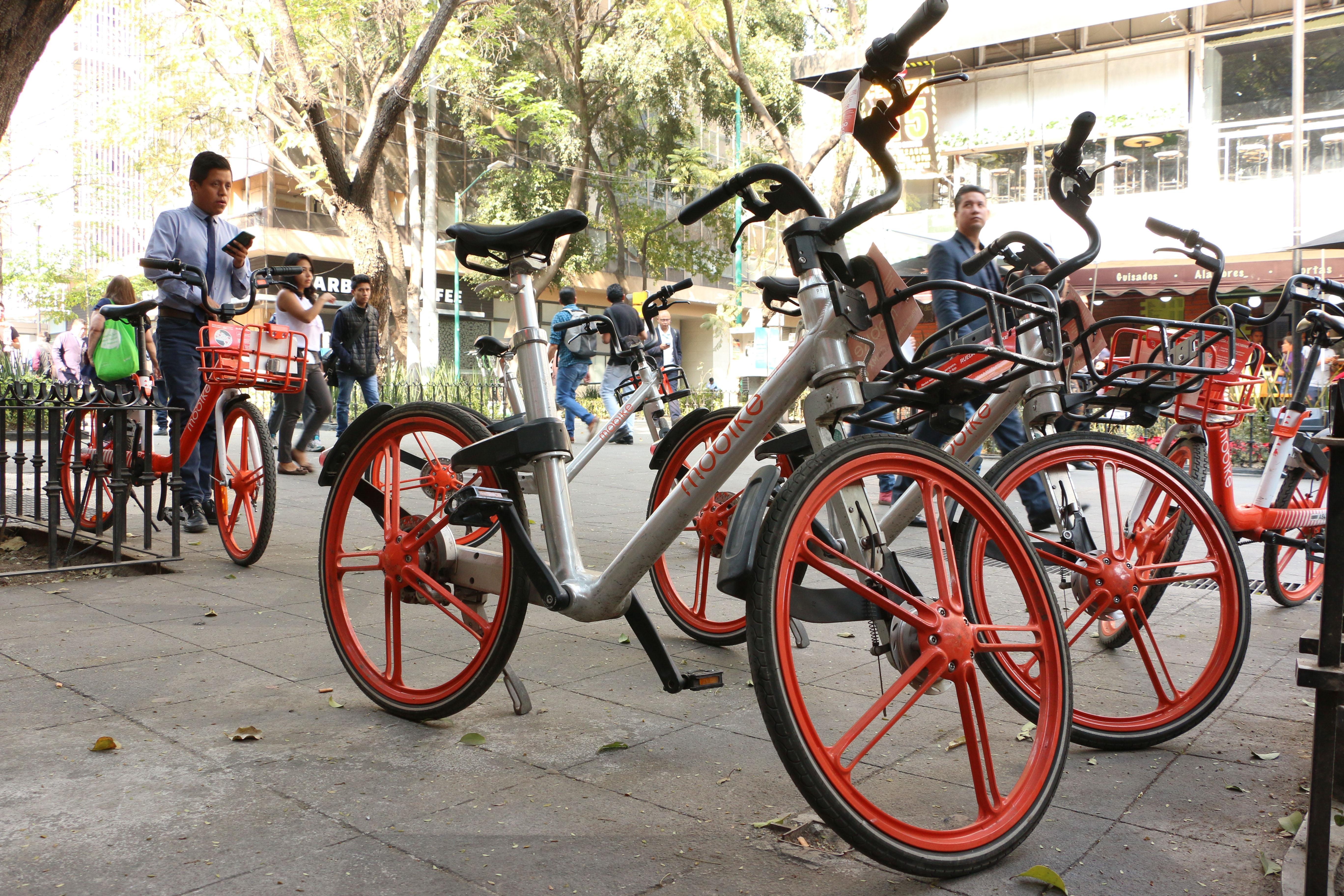 El servicio de bicicletas sin anclaje en la CDMX se ha convertido en un gran problema para la movilidad de los peatones (Foto: Cuartoscuro)