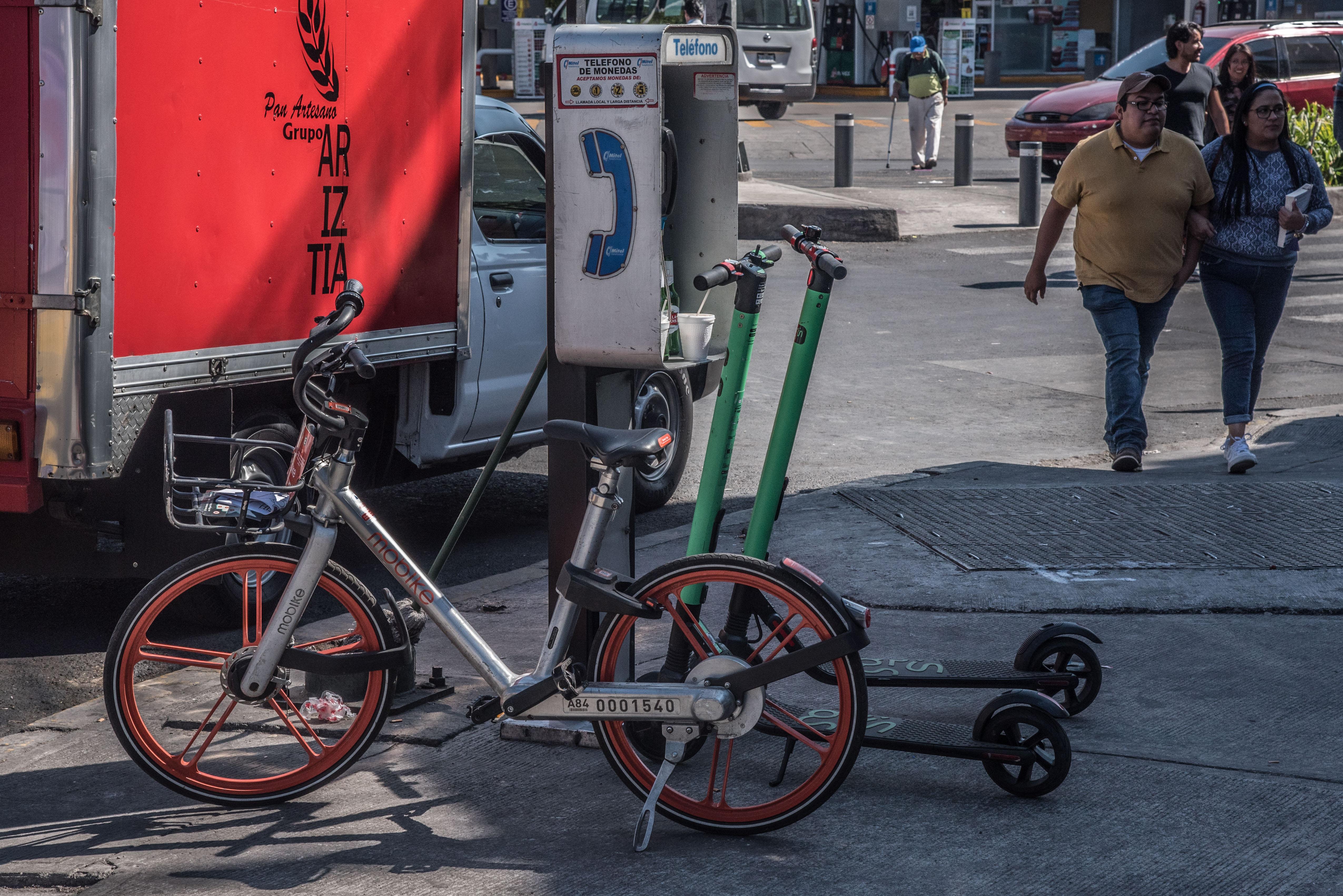 """El servicio de préstamo de bicicletas y patines """"scooters"""" han generado descontento en algunos sectores debido a la obstrucción en las vías públicas (FOTO: CUARTOSCURO)"""