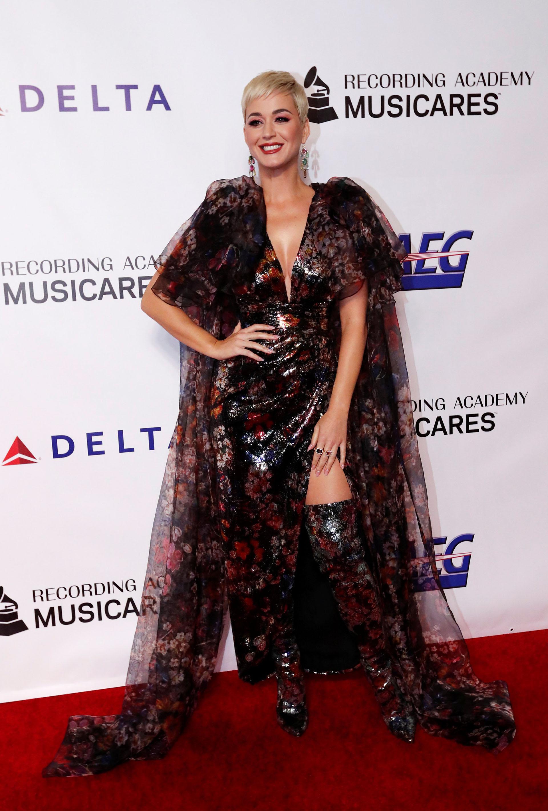 El fabuloso look de Katy Perry incluyó botas de caña súper alta
