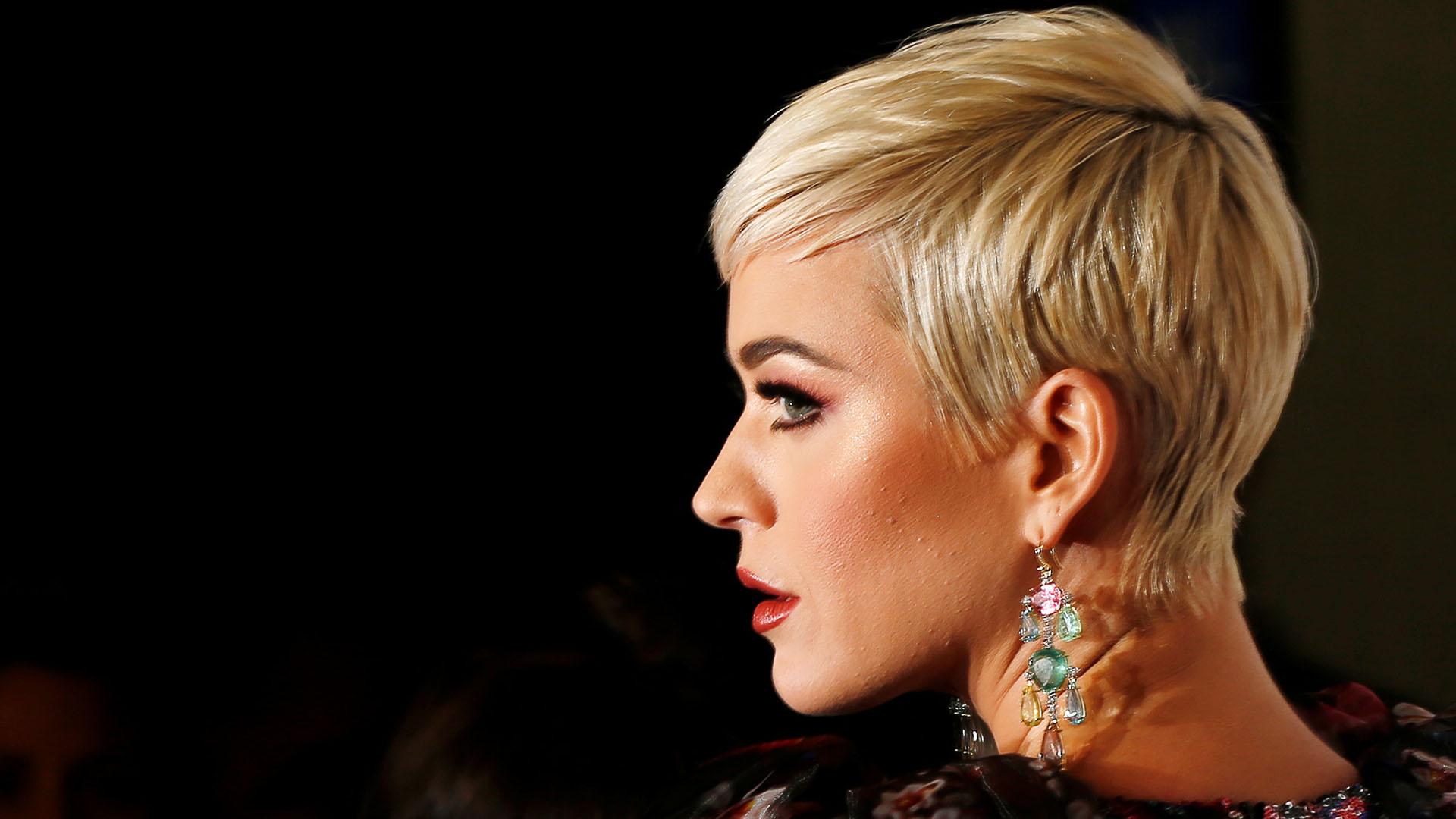 La cantante lució su cabello corto y platinado