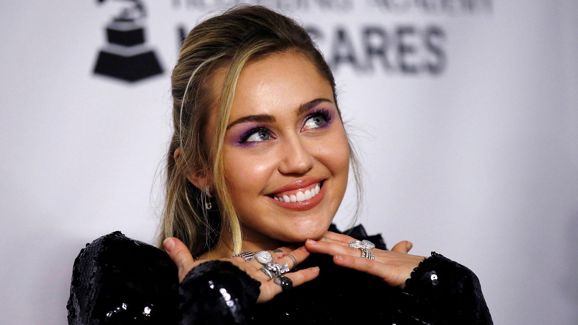 La simpatía de Miley Cyrus en la red carpet de la gala