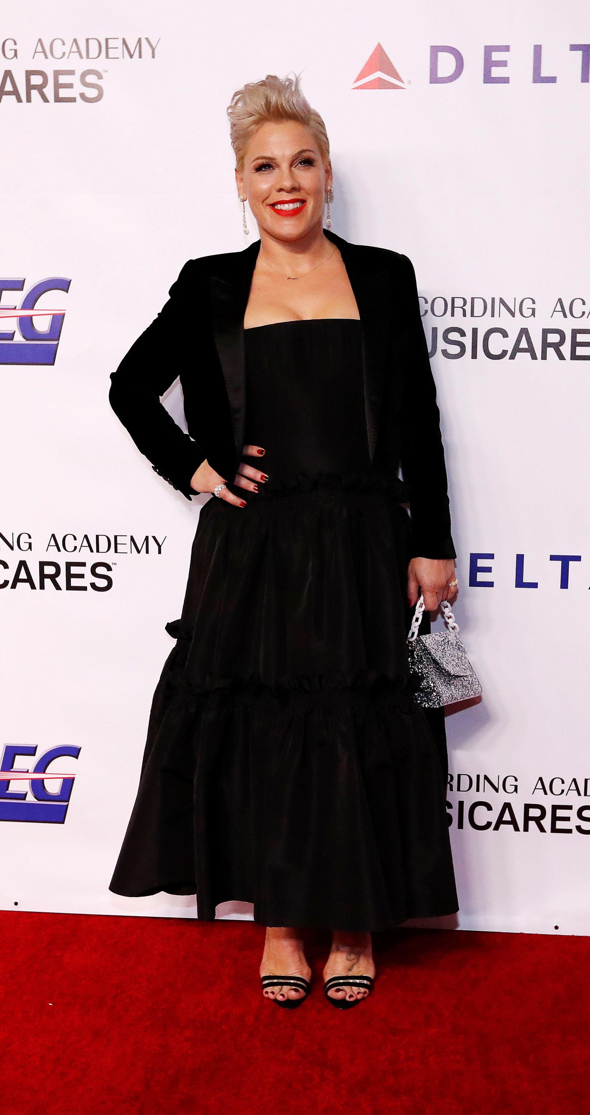 """Pink también dijo presente en la gala y eligió un look """"total black"""" con una pequeña cartera de glitter plateado"""