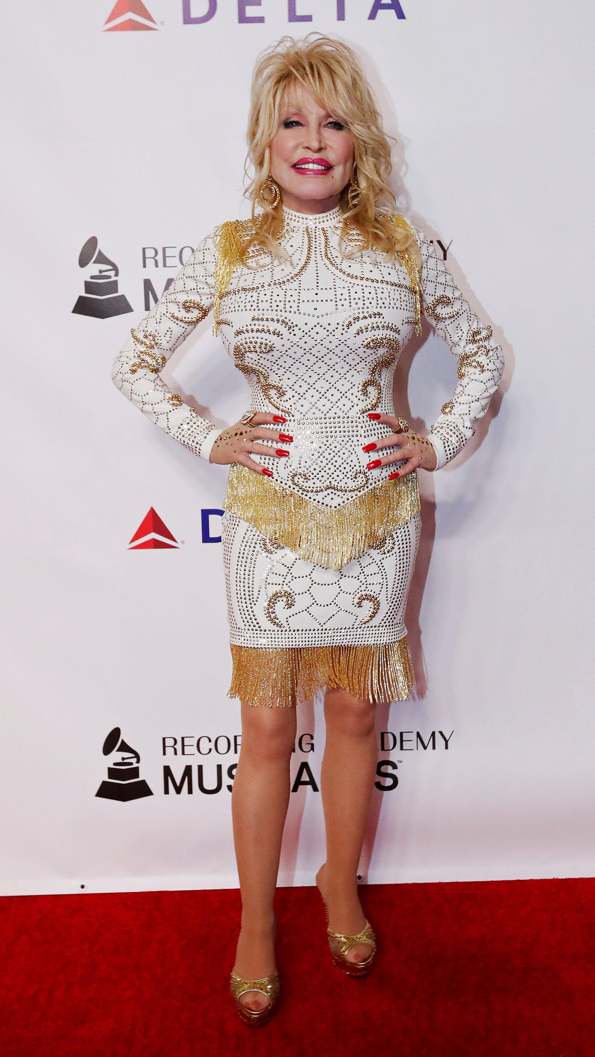 """Dolly Parton, de 73 años, a su llegada a la gala en Los Ángeles, California. La cantante y actriz será galardonada como """"persona del año"""" en la próxima entrega de los premios Grammy"""