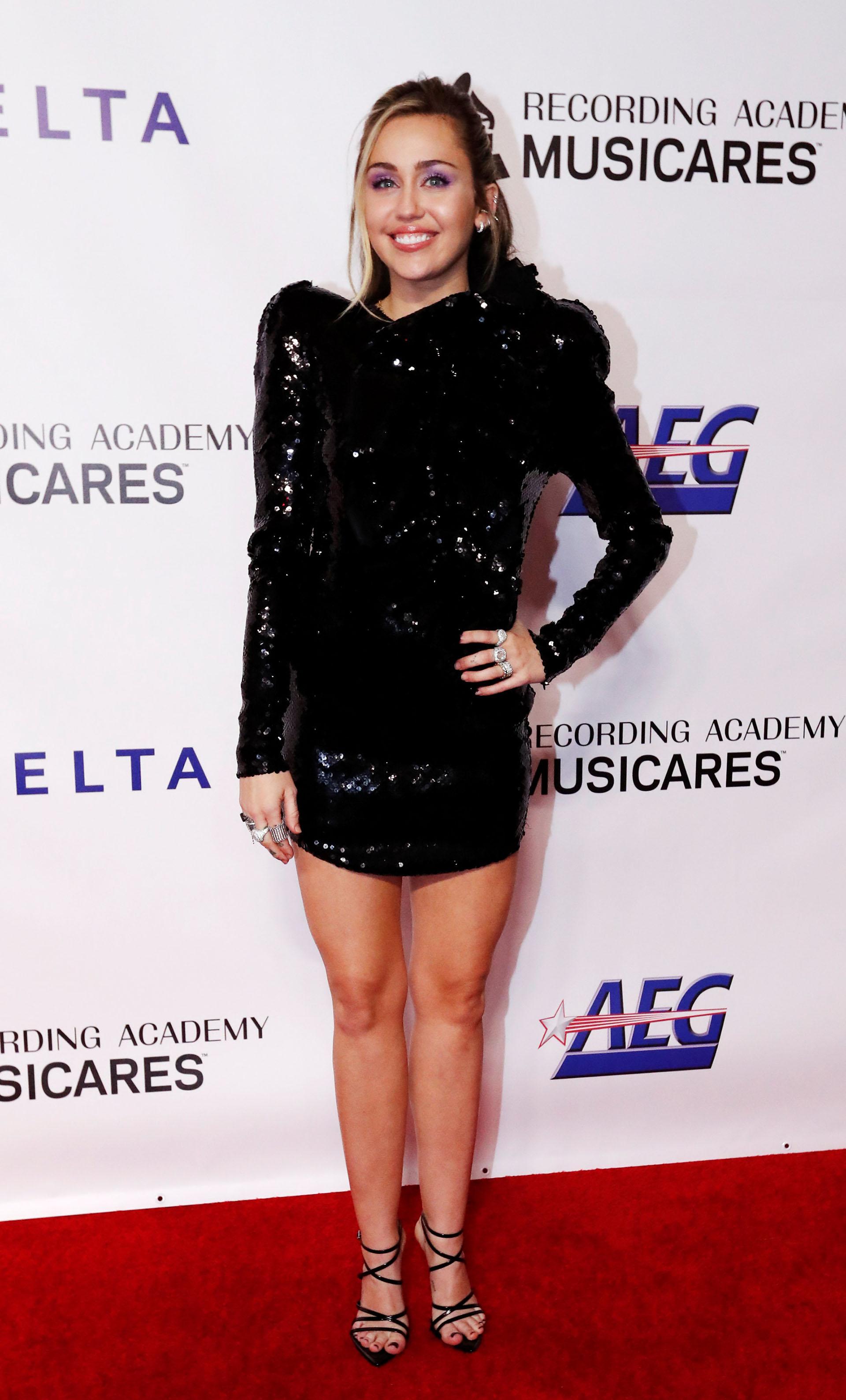 La cantante eligió un vestido de paillettes negro y sandalias con tiras finas