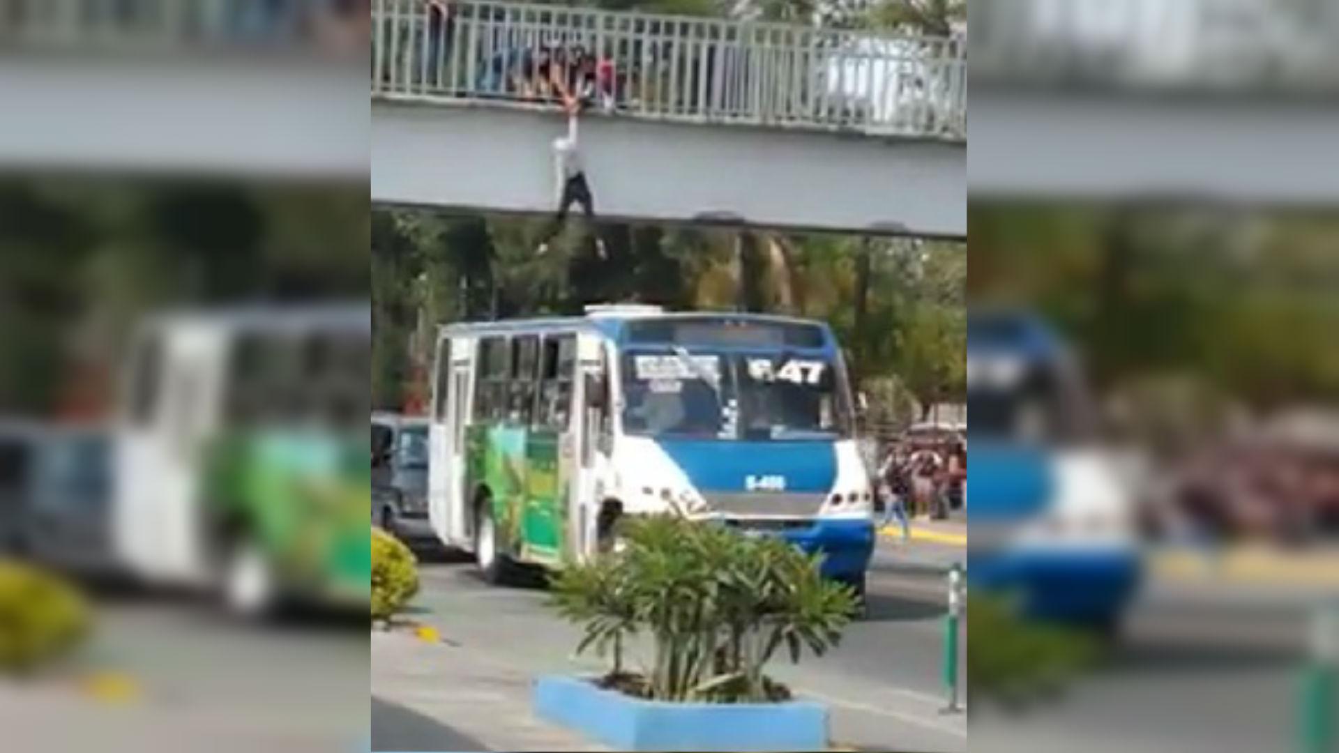 En Guadalajara una estudiante intentó quitarse la vida al aventarse de un puente (Foto: captura de pantalla)