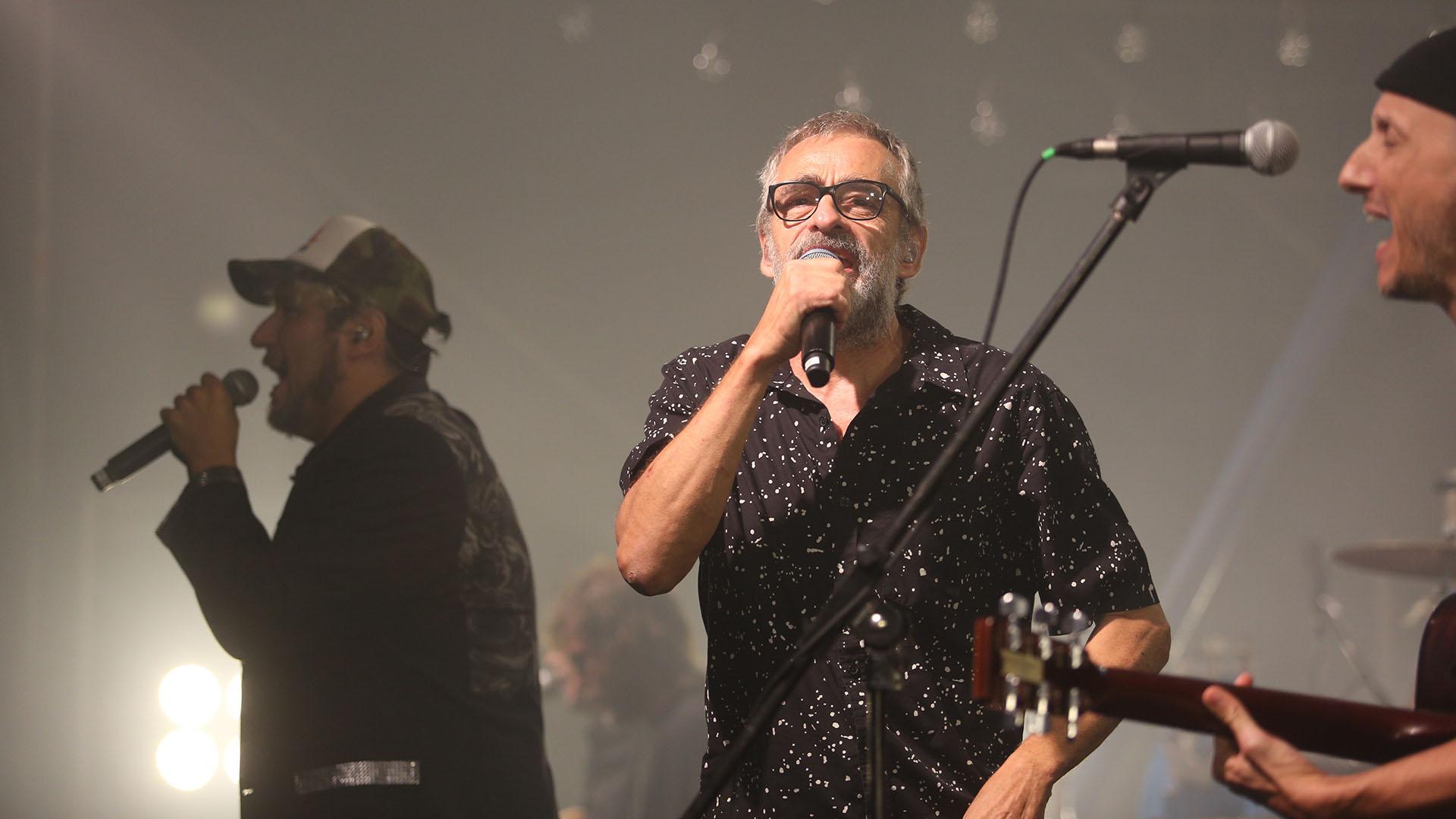 Los Auténticos Decadentes levantaron la fiesta del Cosquín Rock con su kermesse unplugged musicalizada por una catarata de hits reversionados (Mario Sar)