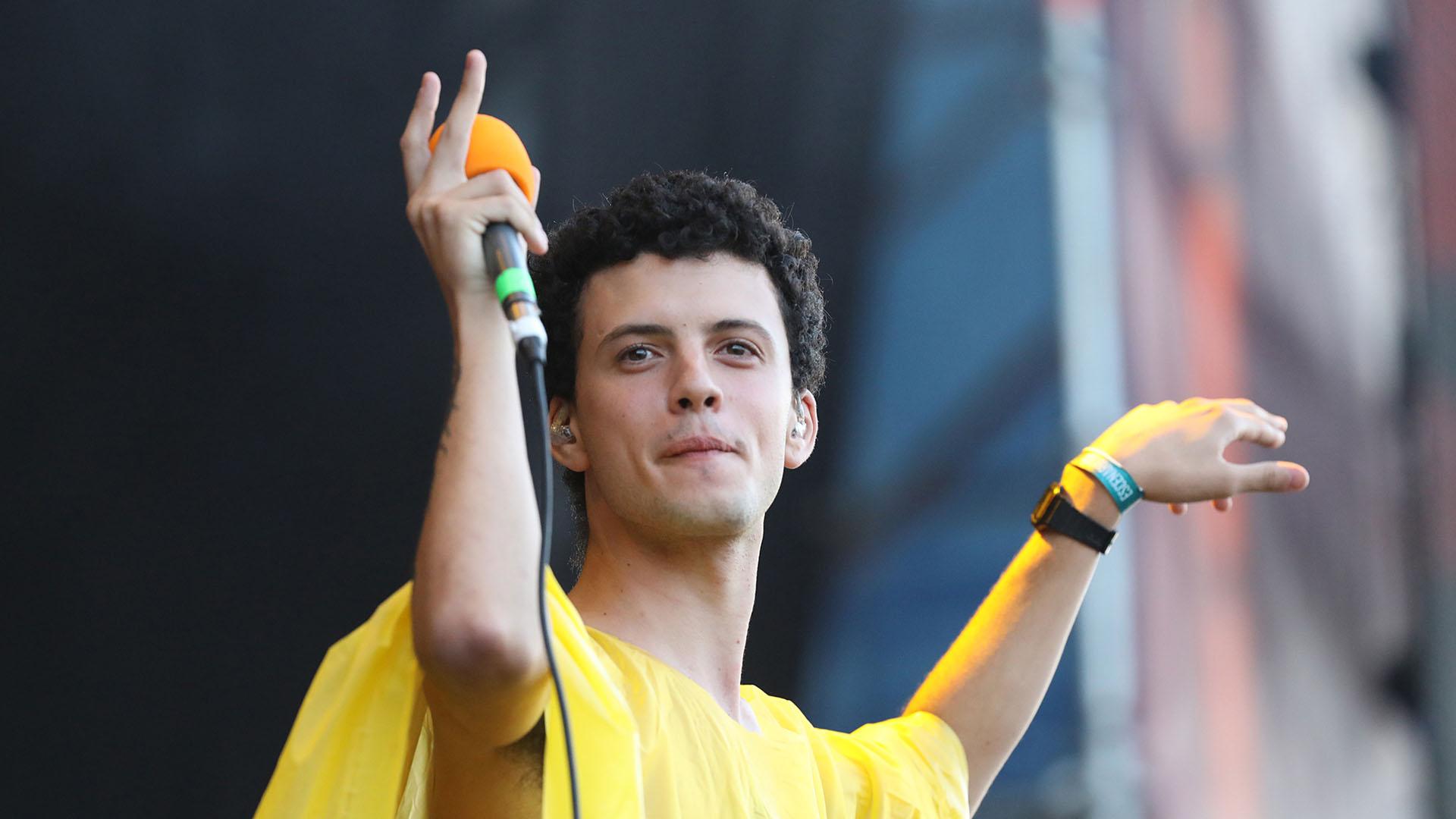 Juan Saieg, vocalista de Usted Señalemelo, se puso al frente de uno de los shows más festejados en el sábado del Cosquín Rock (Mario Sar)