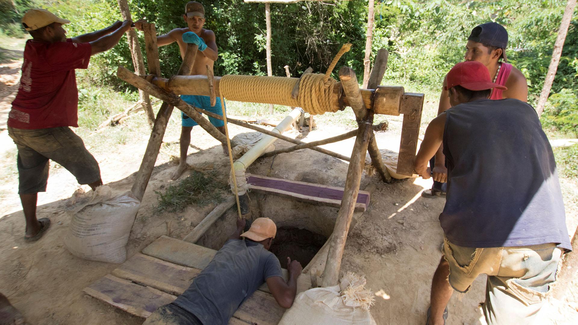 Algunos mineros han contraído enfermedades por las condiciones en las que trabajan (Reuters)