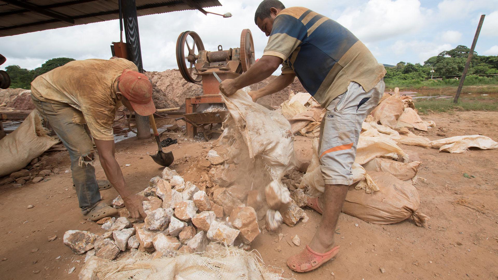 Los mineros trabajan en condiciones insalubres (Reuters)