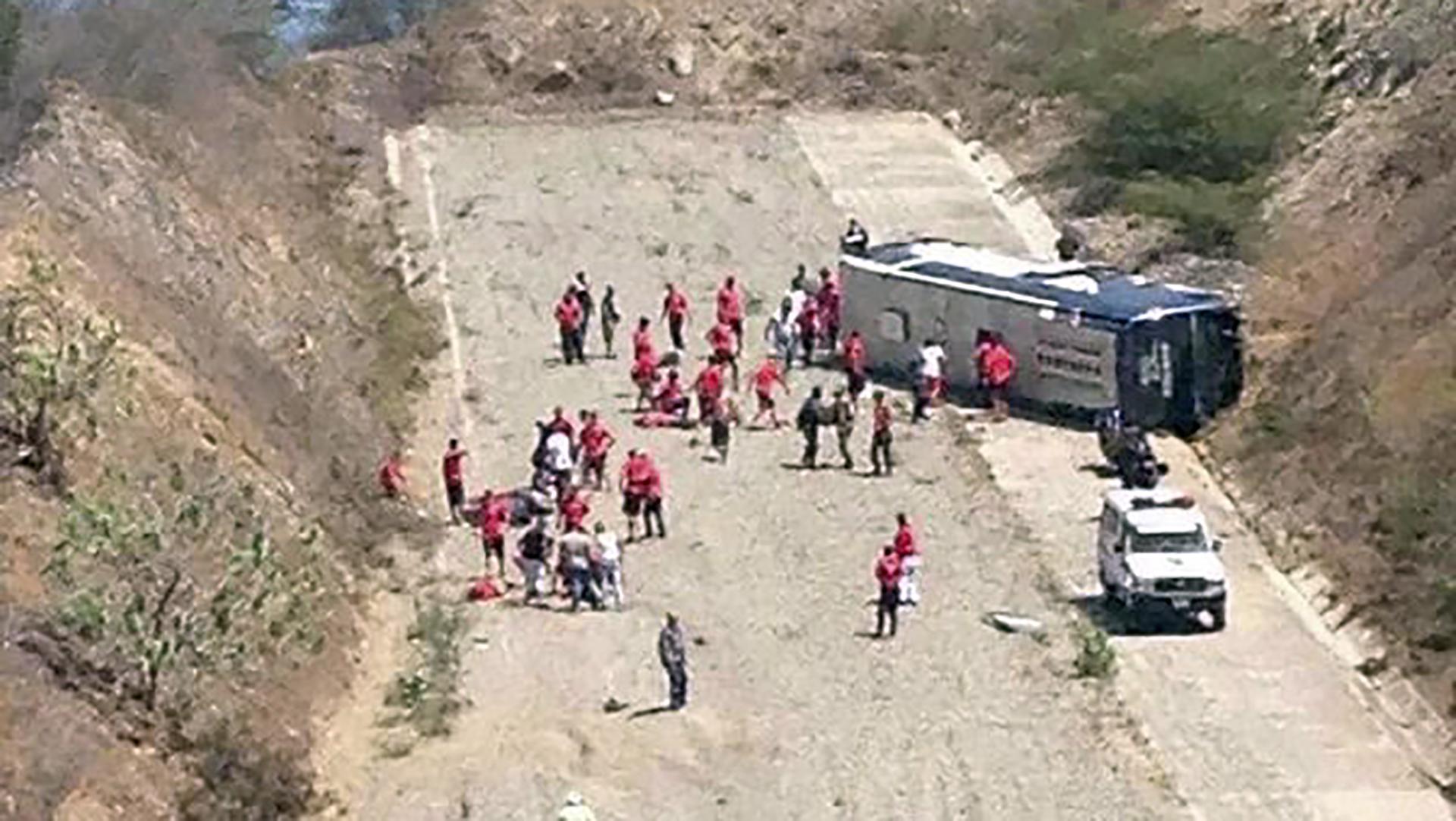 El micro que trasportaba a los jugadores de Huracán volcó poco antes de llegar al aeropuerto de Caracas (NA)