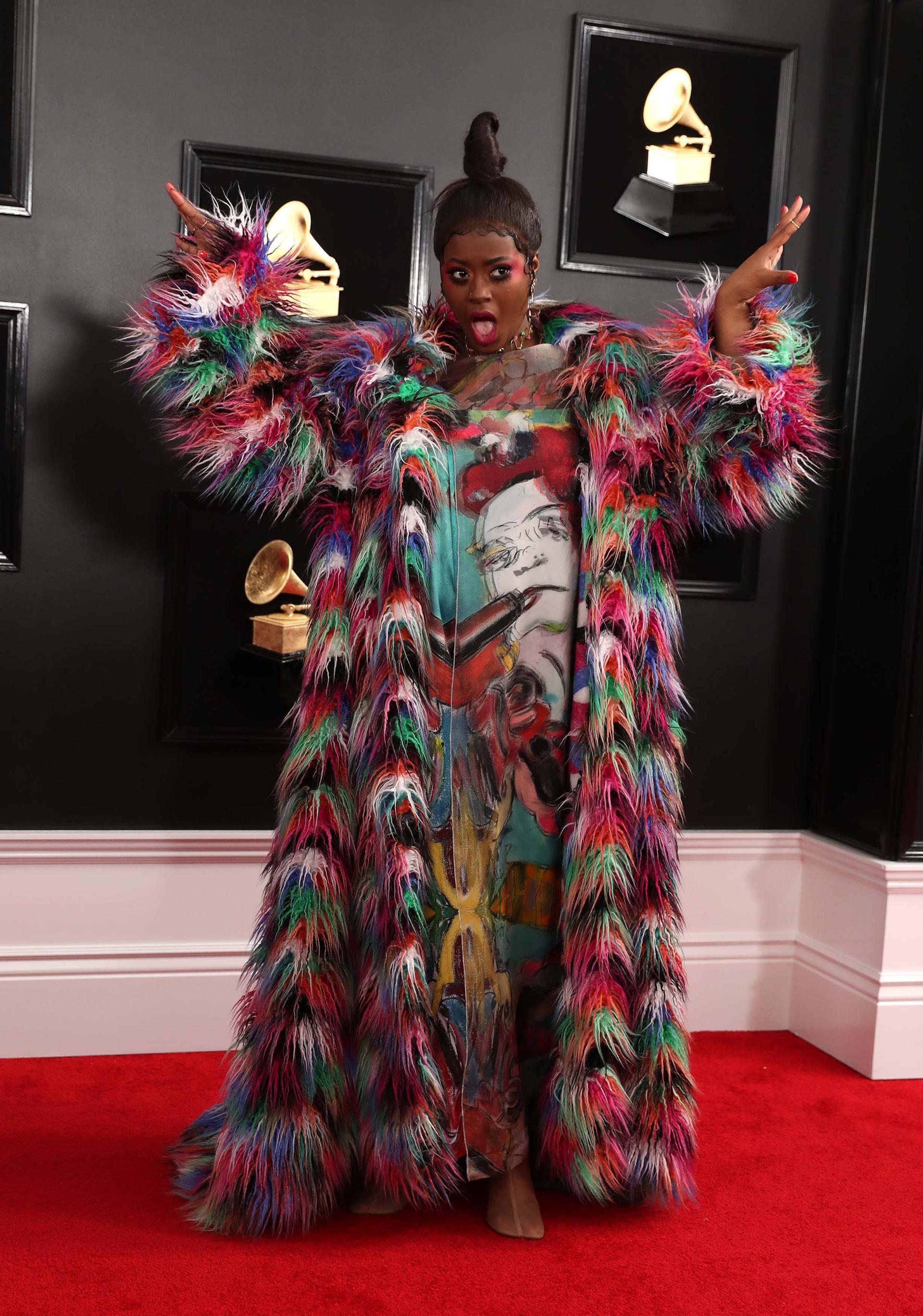 Tierra Whack sorprendió con su túnica pintada a mano y el sobretodo de plumas multicolor. También resaltó su maquillaje flúor y el peinado recogido