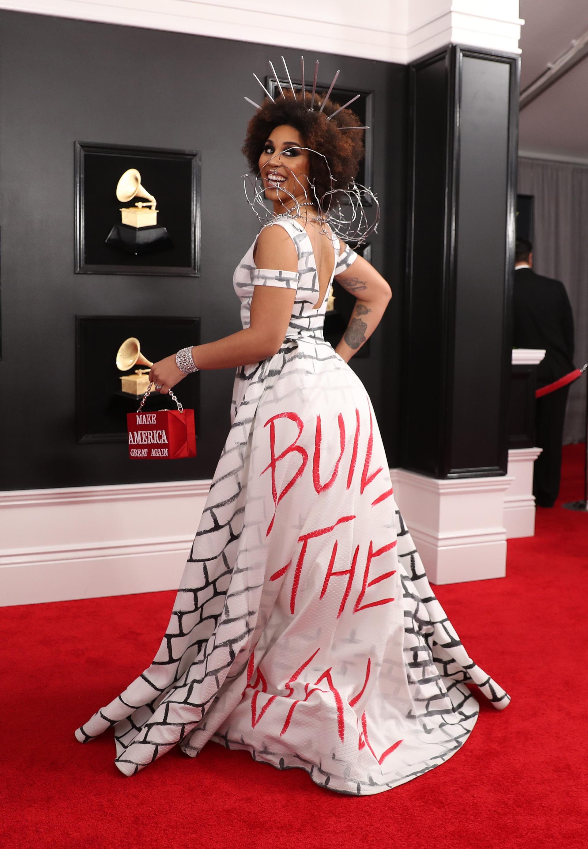 """Joy Villa, nuevamente volvió a ser polémica. """"Make America great again"""" decía el clutch, """"Built the wall"""" se veía plasmado el vestido que simulaba ser una pared ladrillos en blanco y negro"""