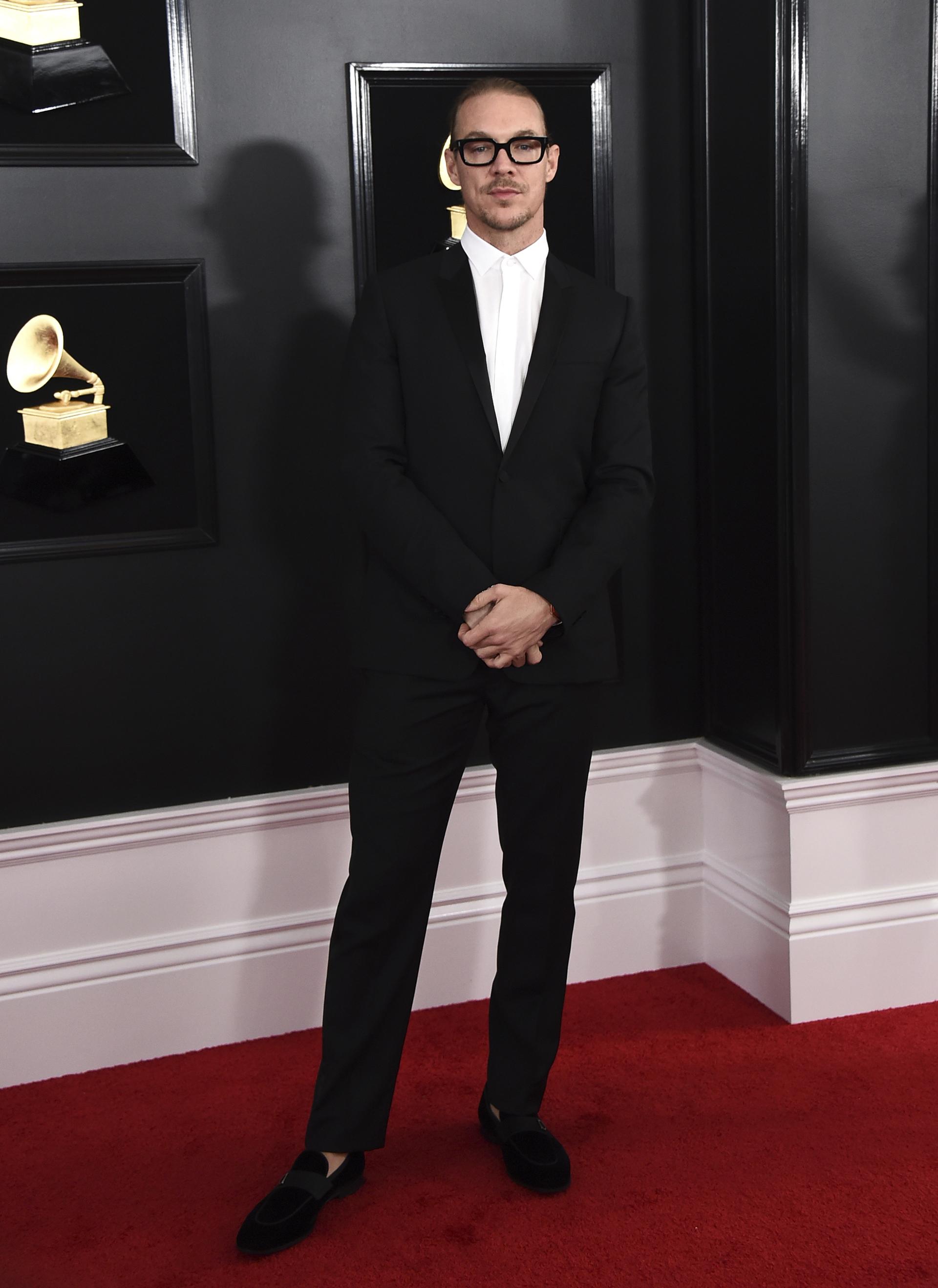 Diplo lució en la red carpet un esmoquin negro acompañado con mocasines de gamuza. Para la entrega optó por no llevar ni corbata ni moño