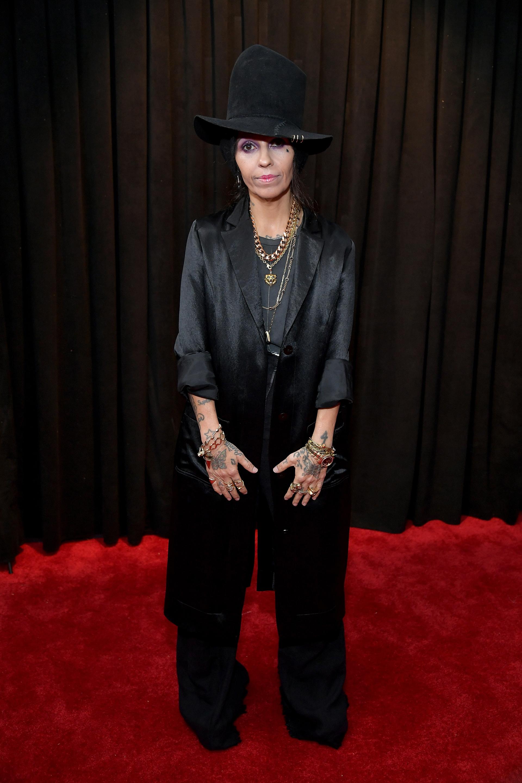 Linda Perry en total black. Un traje masculino oversized. Lo completó con cadenas doradas y un sombrero de copa alta de baby alpaca