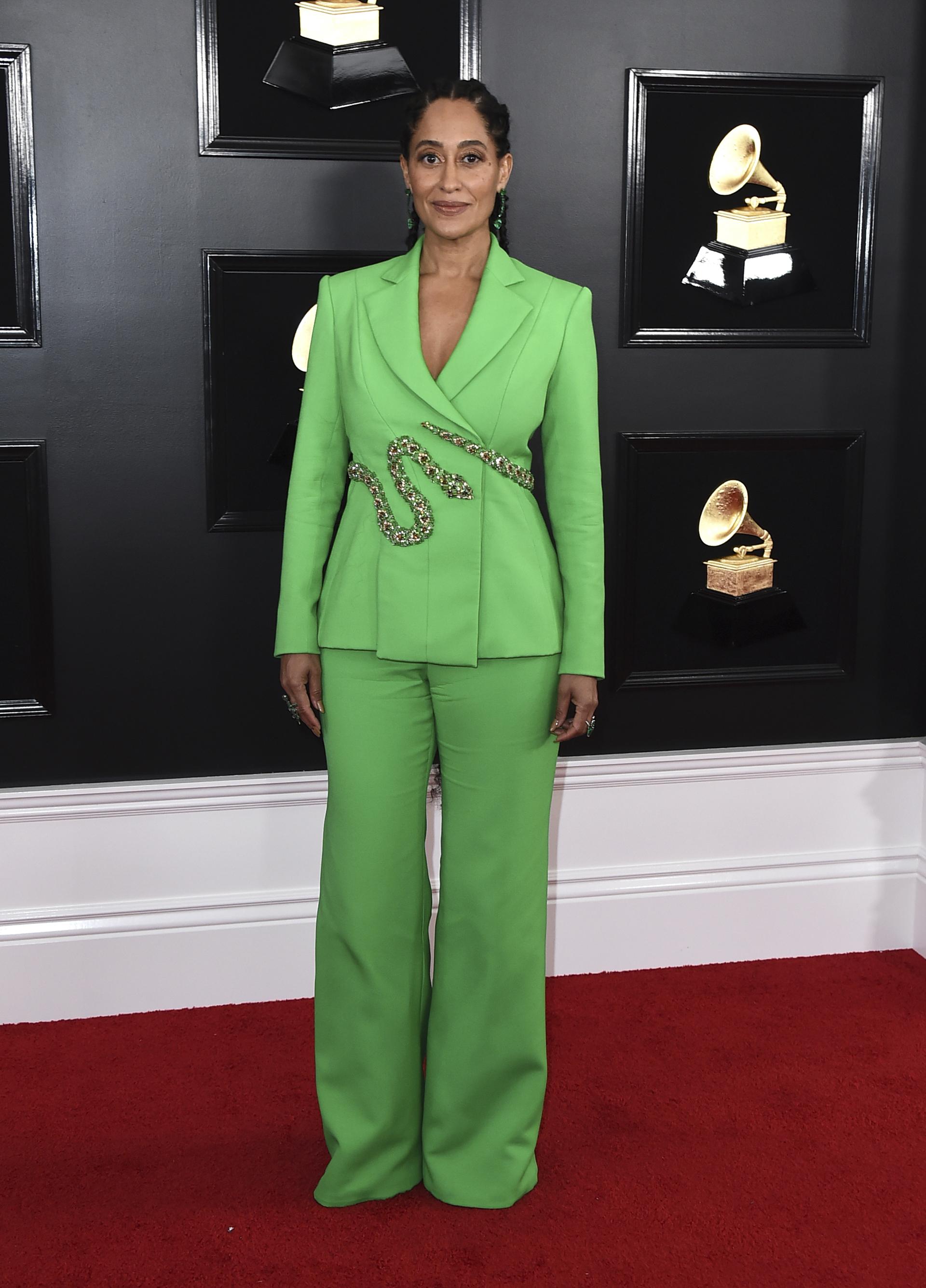 Tracee Ellis Ross apostó al traje oversized en verde manzana. ¿El detalle? Un cinturón en forma de serpiente. Como accesorios, anillos y aros de piedras y brillantes
