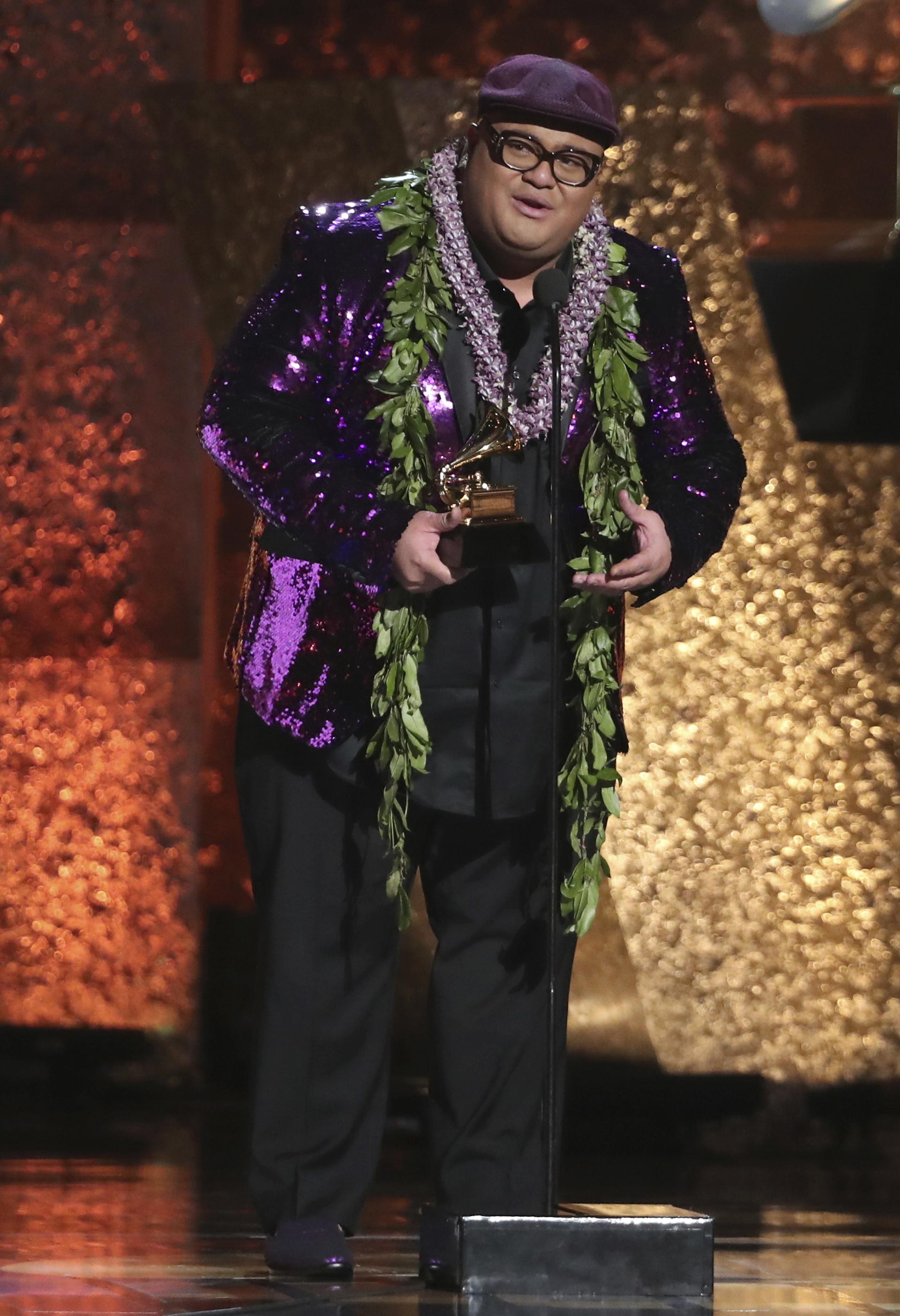 Kalani Pe'a subió al escenario a recibir su estatuilla con un llamativo saco de paillettes violeta con doble collar de flores. Lo completó con una boina de paño en violeta