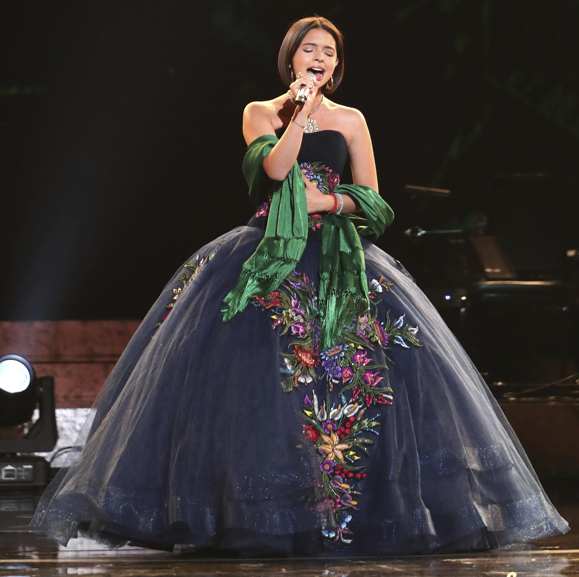 Angela Aguilar subió al escenario a cantar con un vestido princesa de tul bordado de flores y chal verde