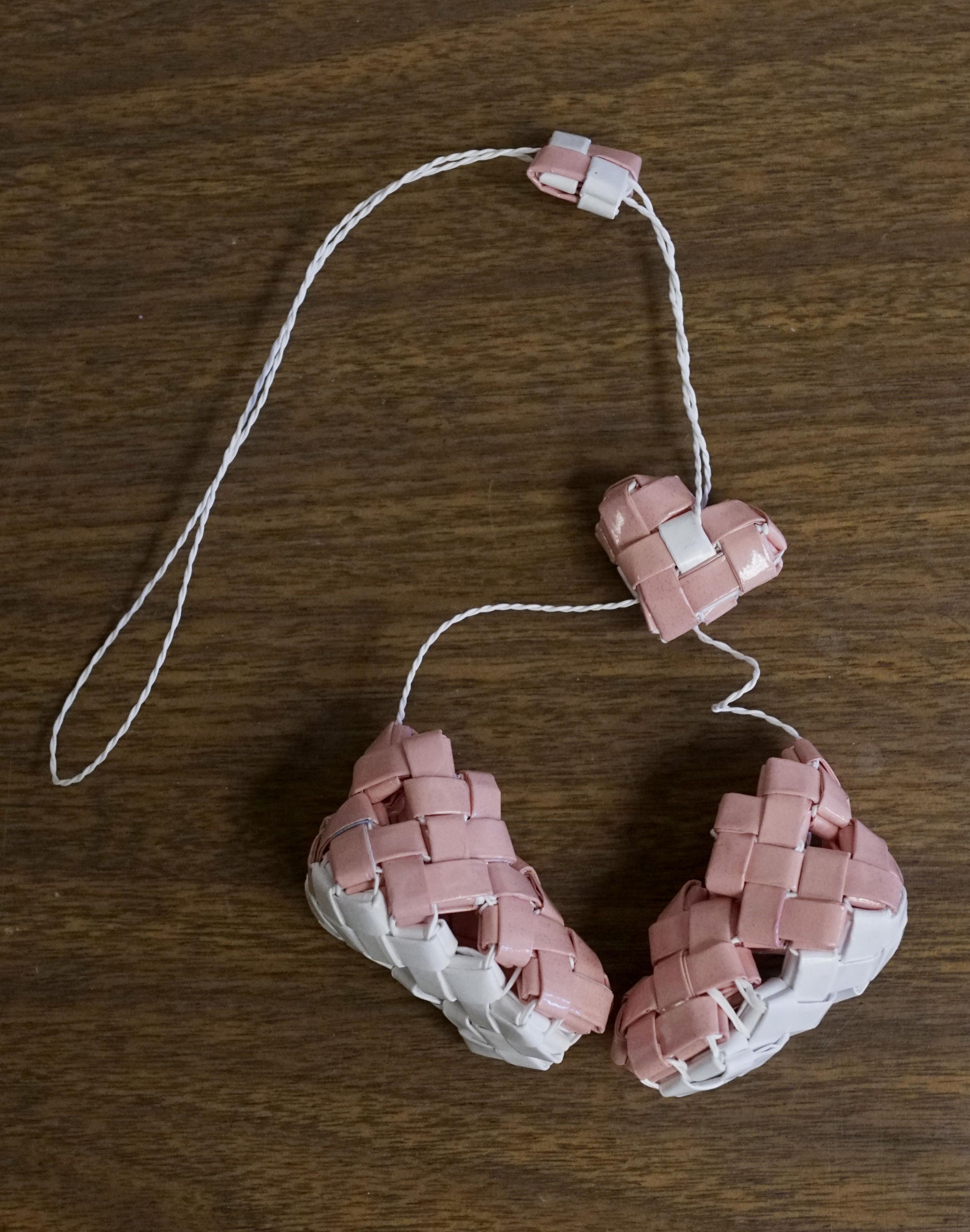 Unas botas de bebé hecha por un migrante en un centro de detención. (Sandy Huffaker/The New York Times)