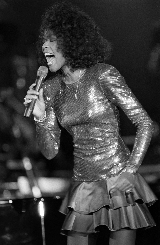 Whitney Houston en una presentación que ofreció en 1988 (AFP PHOTO CHRISTOPHE SIMON)