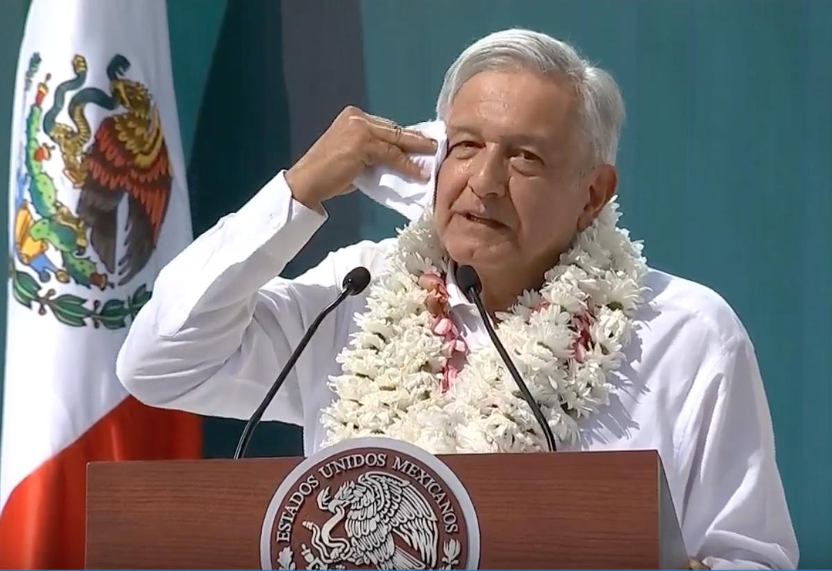 Andrés Manuel López Obrador defendió el método de la consulta para decidir sobre el futuro de la termoeléctrica. (Foto: Especial)