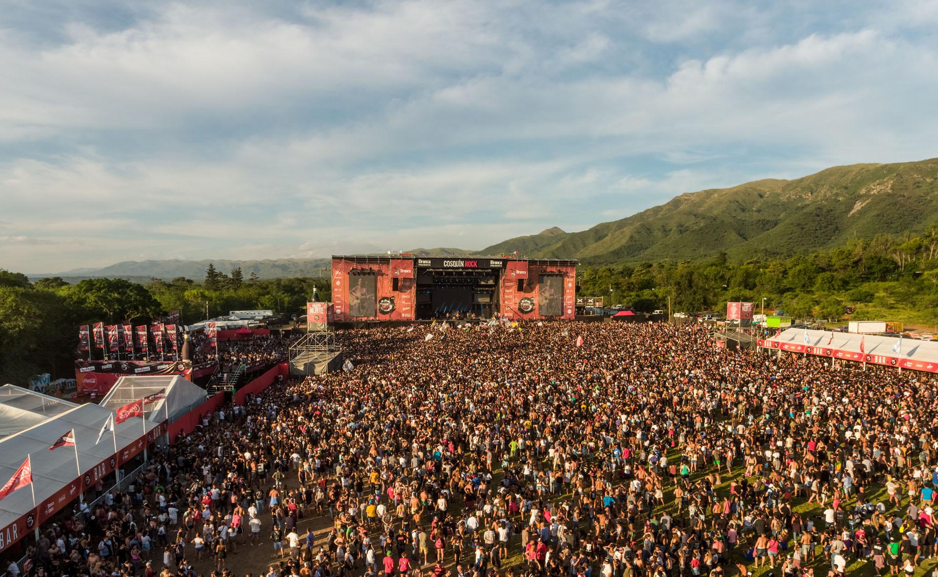 Una multitud entre las sierras, cautiva por el rock. 55 mil personas presenciaron la jornada del domingo; 120 mil hubo entre los dos días (Cosquín Rock / Sepia Foto Agencia)