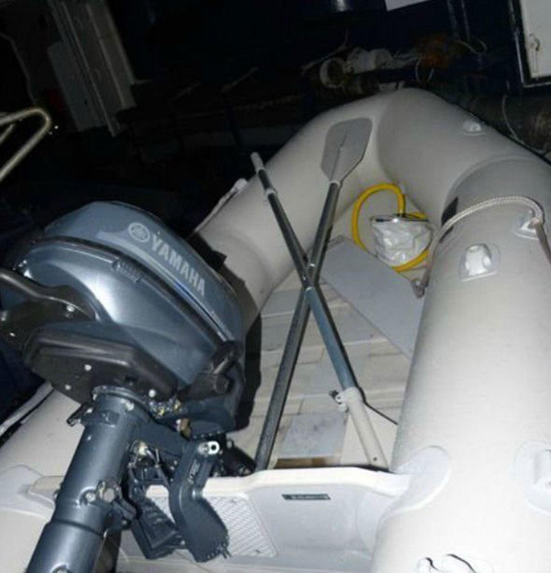 Camuflado entre los inmigrantes, el desertor arribó en un bote similar a esta a Lydd, en el sur de Inglaterra, donde fue recibido por miembros del MI6 (premarmanche/marine nationale)