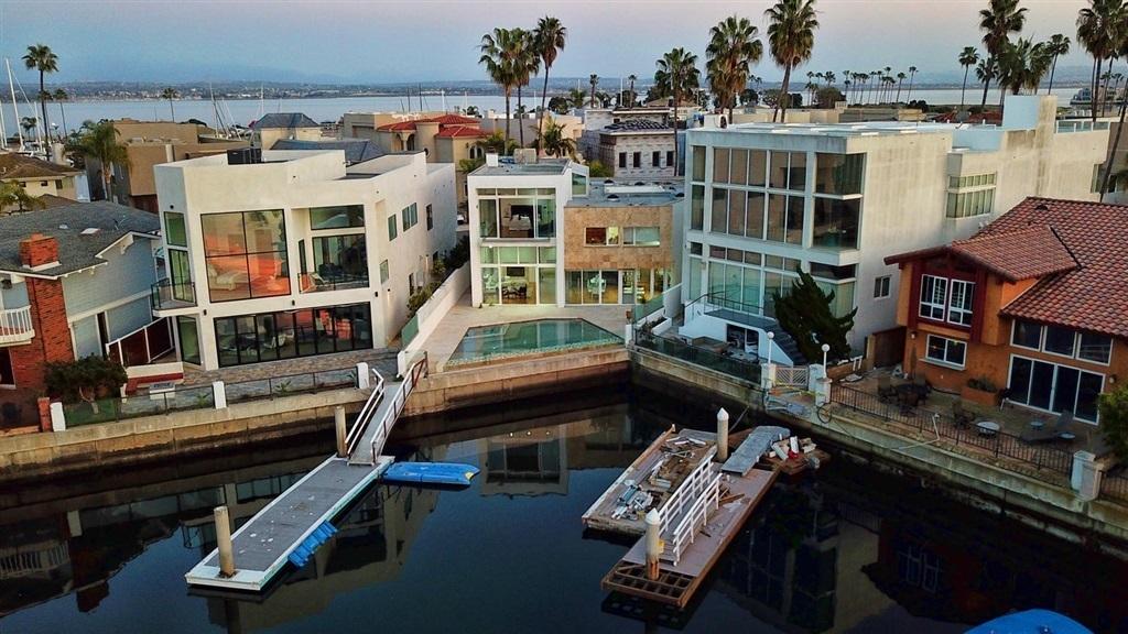 De acuerdo con el Registro Público de la Propiedad en San Diego, Gordillo compró las residencias a través deuna hija y su nieto, y las pagó en efectivo.
