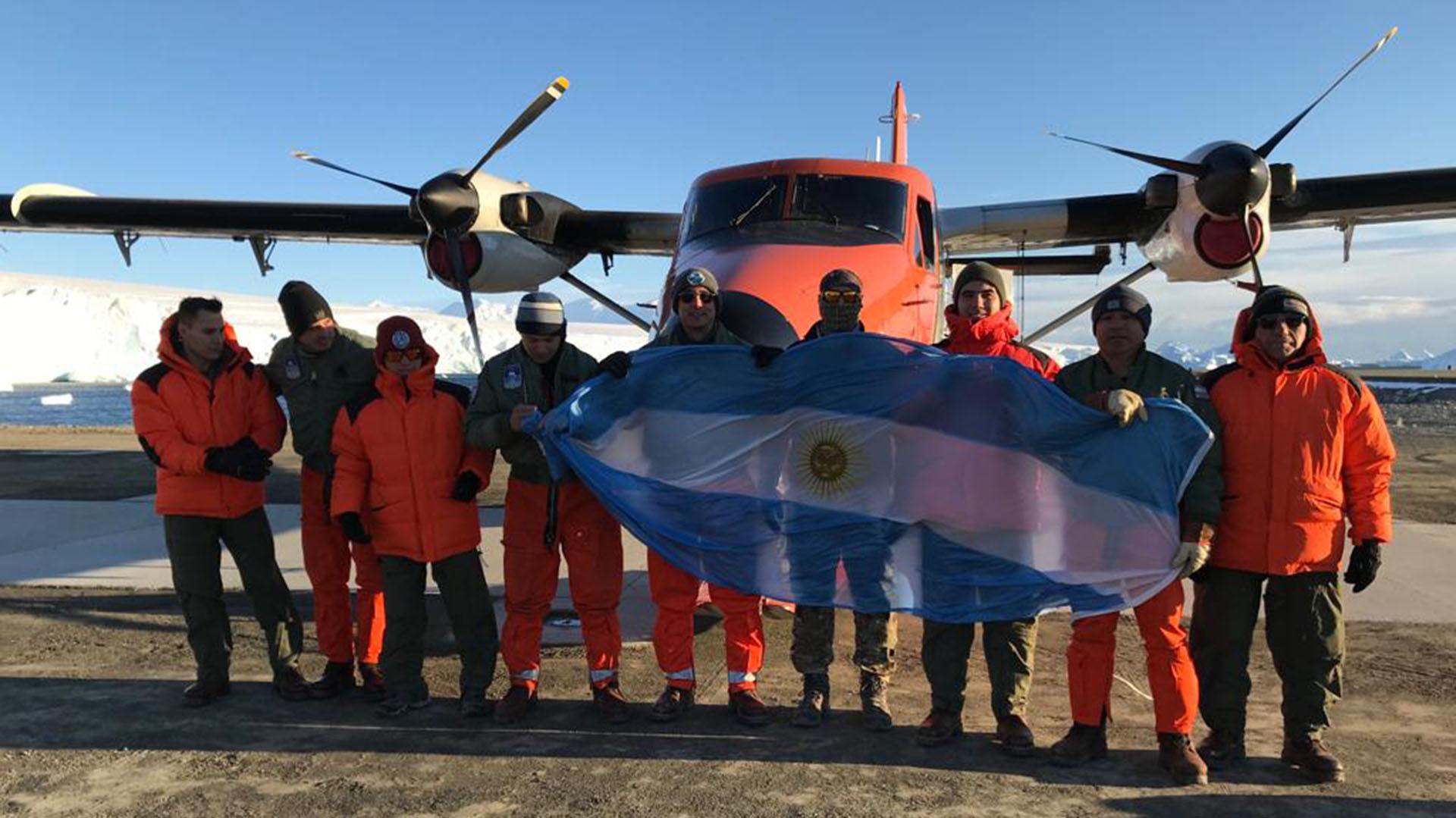 Los tripulantes del avión que viajaron en el vuelo histórico