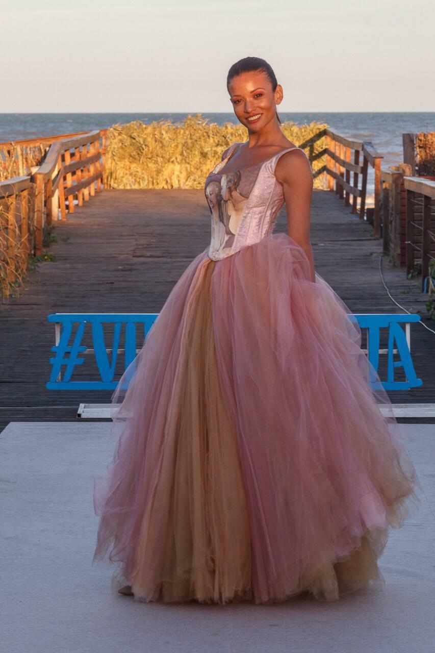 Carolina Puntonet enfundada en un vestido de Verónica de la Canal
