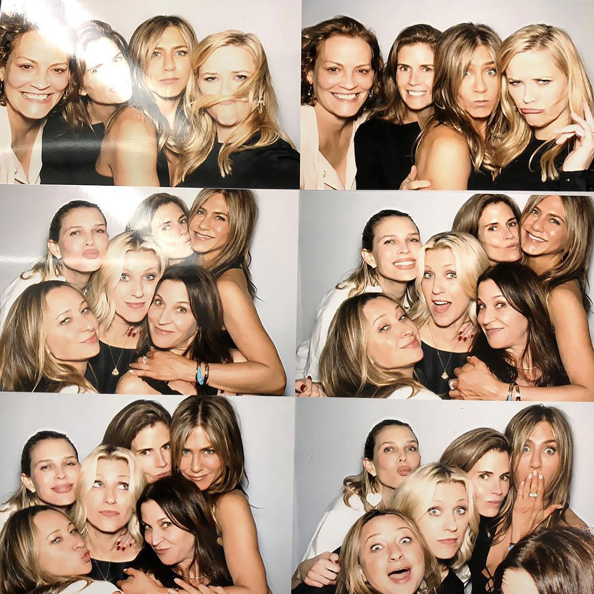 Reese Witherspoon junto a Jennifer Aniston es una de las fotos del festejo
