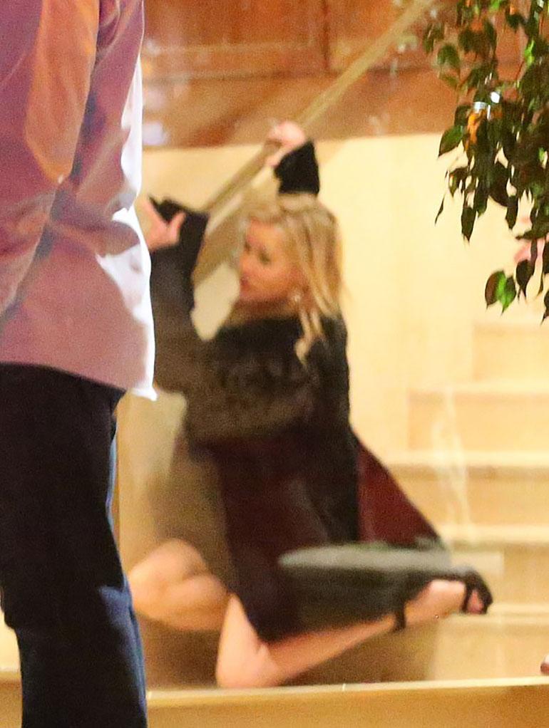 A la salida del hotel, Reese Witherspoon tropezó y terminó en el piso