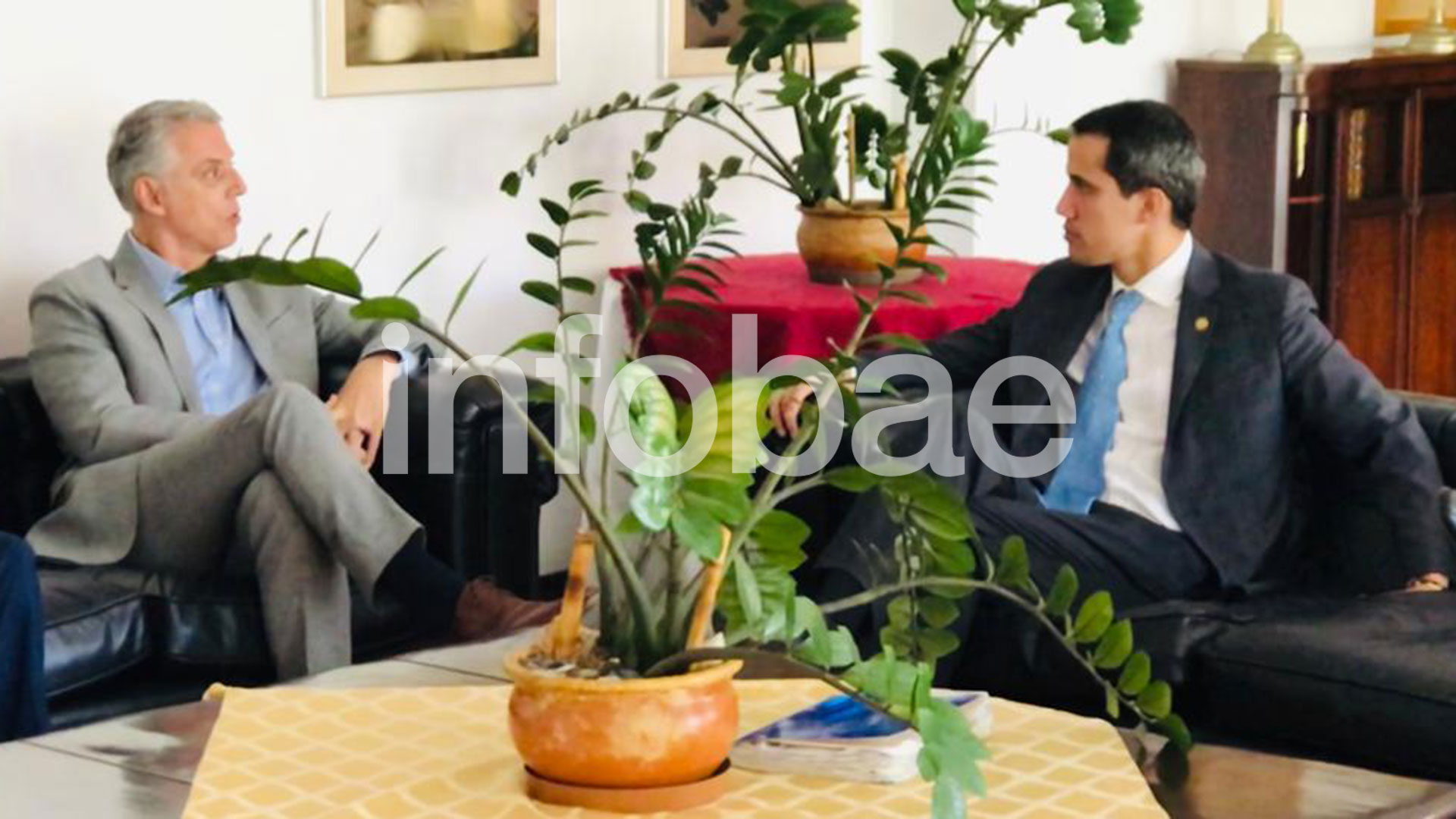 Juan Guaidó junto a Eduardo Porretti, al visitar la residencia de la embajada argentina a comienzos de febrero.