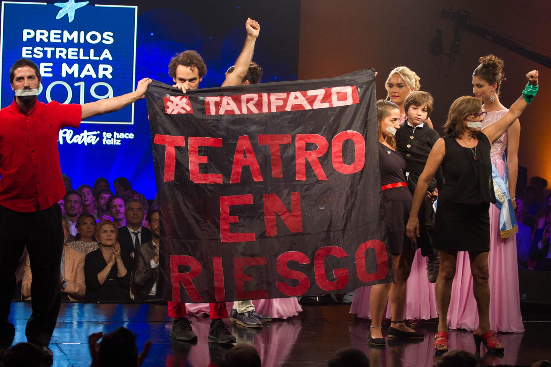 La bandera que desplegaron los referentes del teatro El Séptimo Fuego (Cintia Haag)