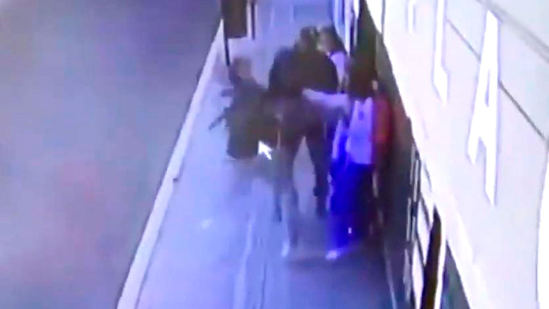 Estudiantes universitarios en Puebla ahuyentaron a ladrones con una pistola eléctrica (Foto: YouTube pueblaonlinevideos)