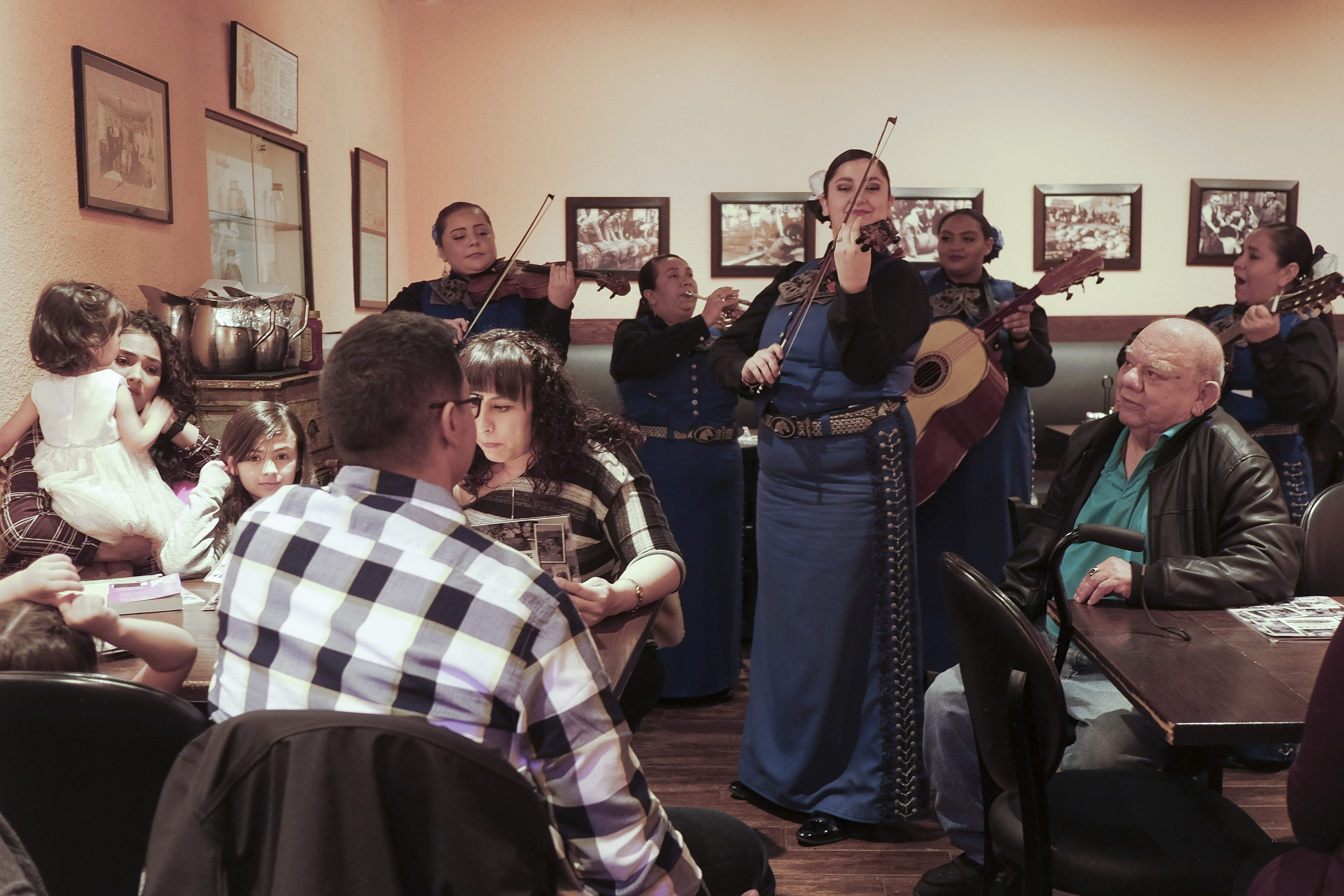Músicos se exhiben en el L&J Cafe de El Paso, Texas. (Jessica Lutz/The New York Times)