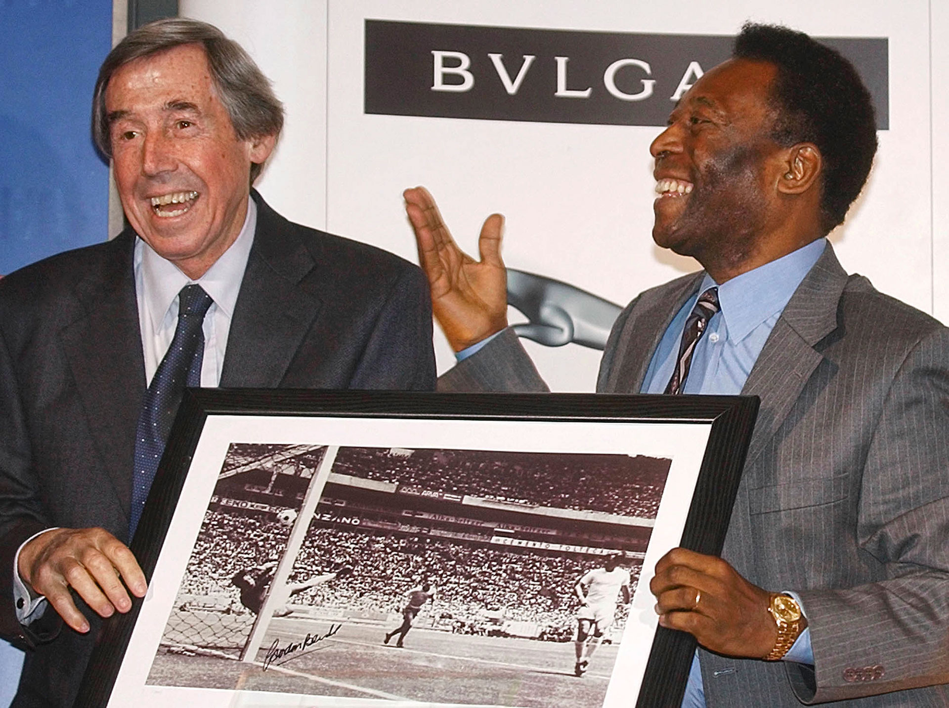 Gordon Banks y Pelé recordando la memorable jugada que involucra a ambos (AP)