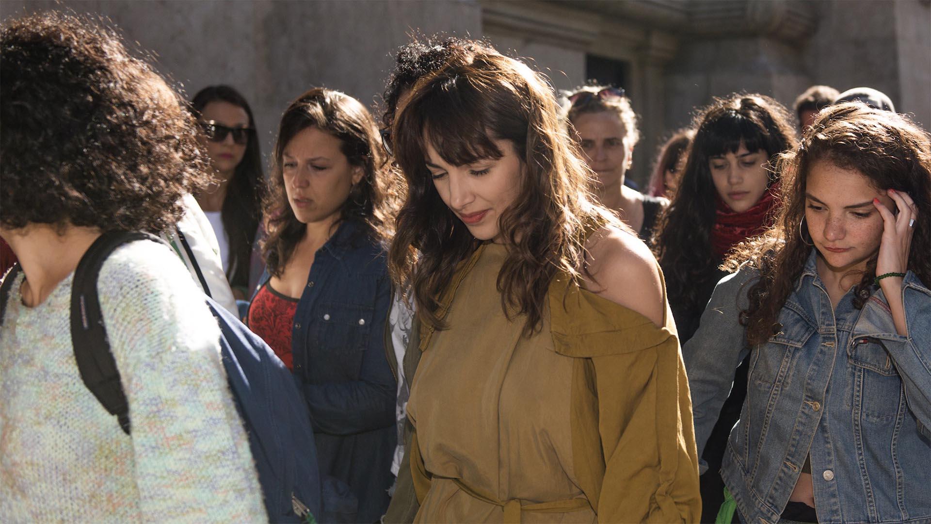Thelma Fardin saliendo de tribunales de Talcahuano (Adrián Escandar)