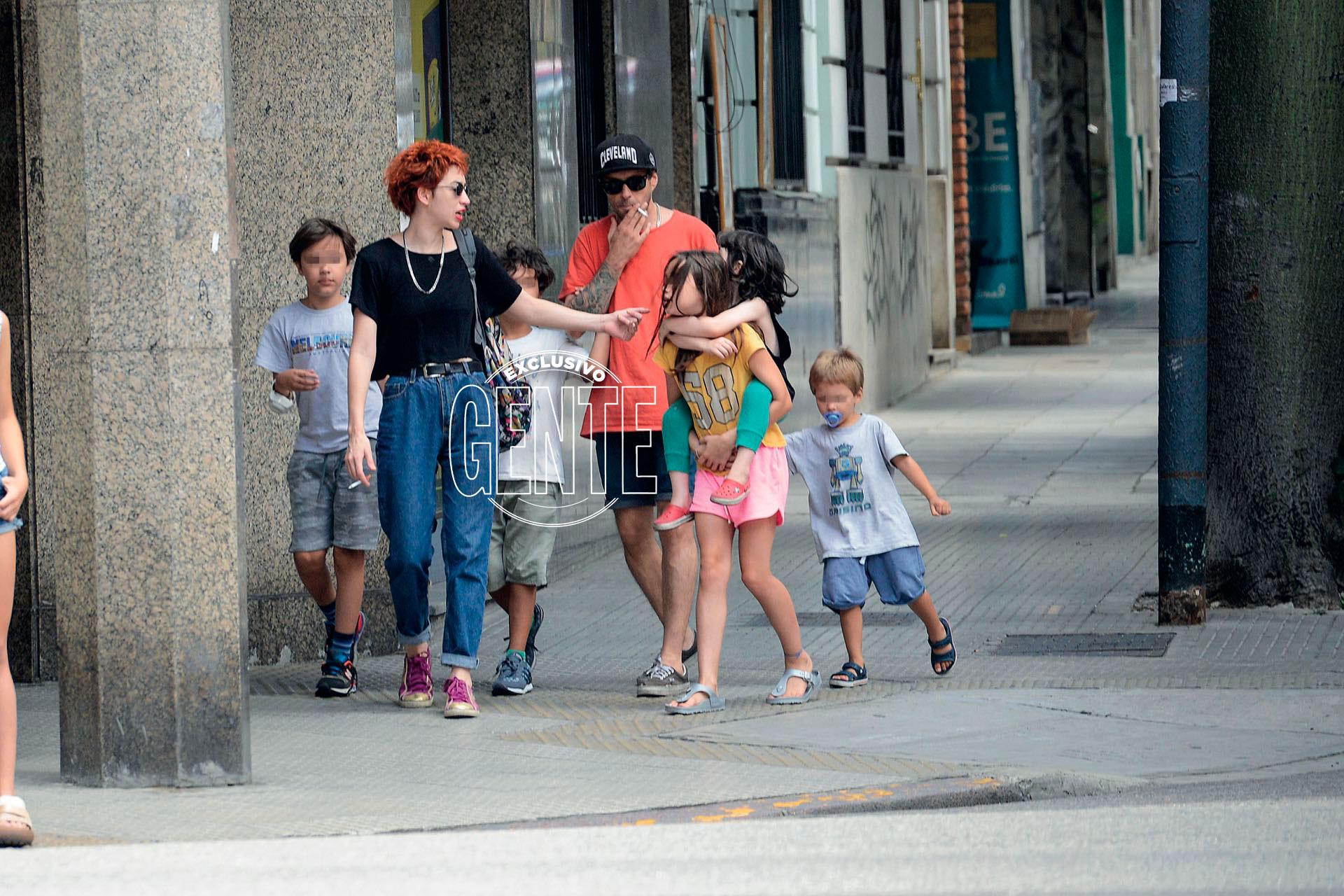 """En uno de sus paseos familiares, Sofía Gala y sus hijos Dante Della Paolera (4) y Helena Tuñón (9), junto a """"Zeki"""" y sus tres retoños, fruto del amor de sus dos parejas anteriores. ¿El plan? Ir a comer hamburguesas al Recoleta Mall. ¡Todos contentos!"""
